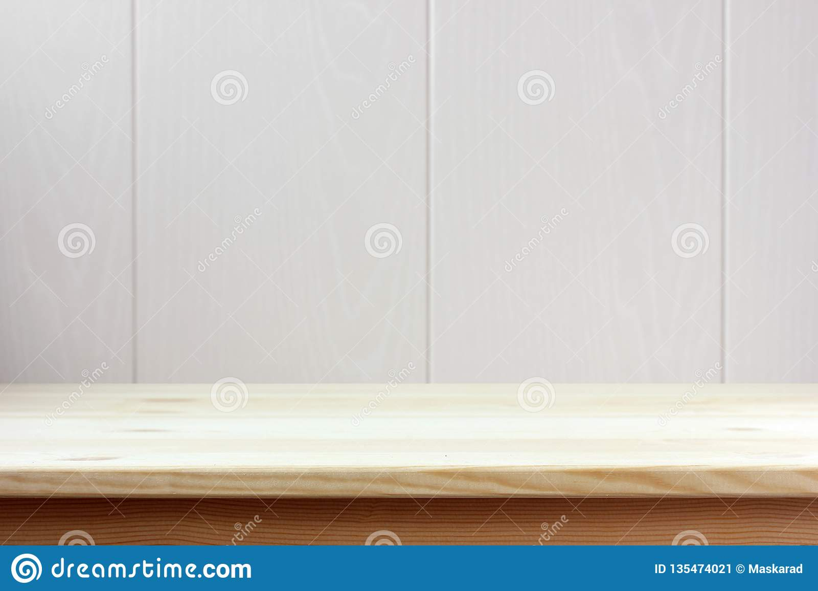 Tavola di legno vuota su fondo leggero spazio per il vostro oggetto
