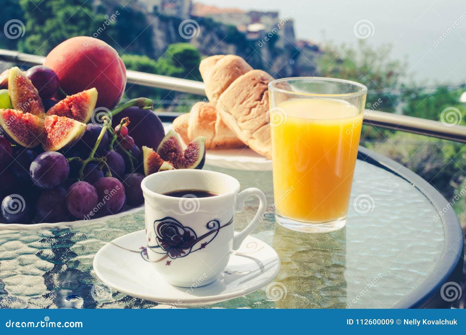 Tavola di prima colazione all aperto