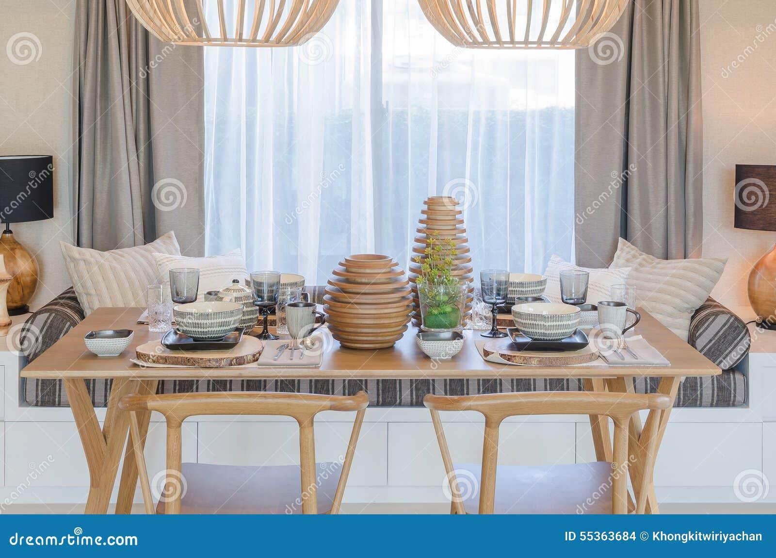 Tavola e sedia di legno nella stanza dinning moderna