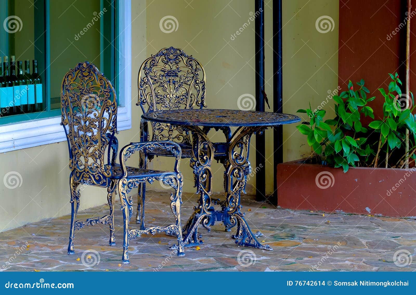 Sedie In Ghisa Da Giardino Prezzi.Tavola E Sedie Del Ghisa Nel Giardino Fotografia Stock Immagine Di