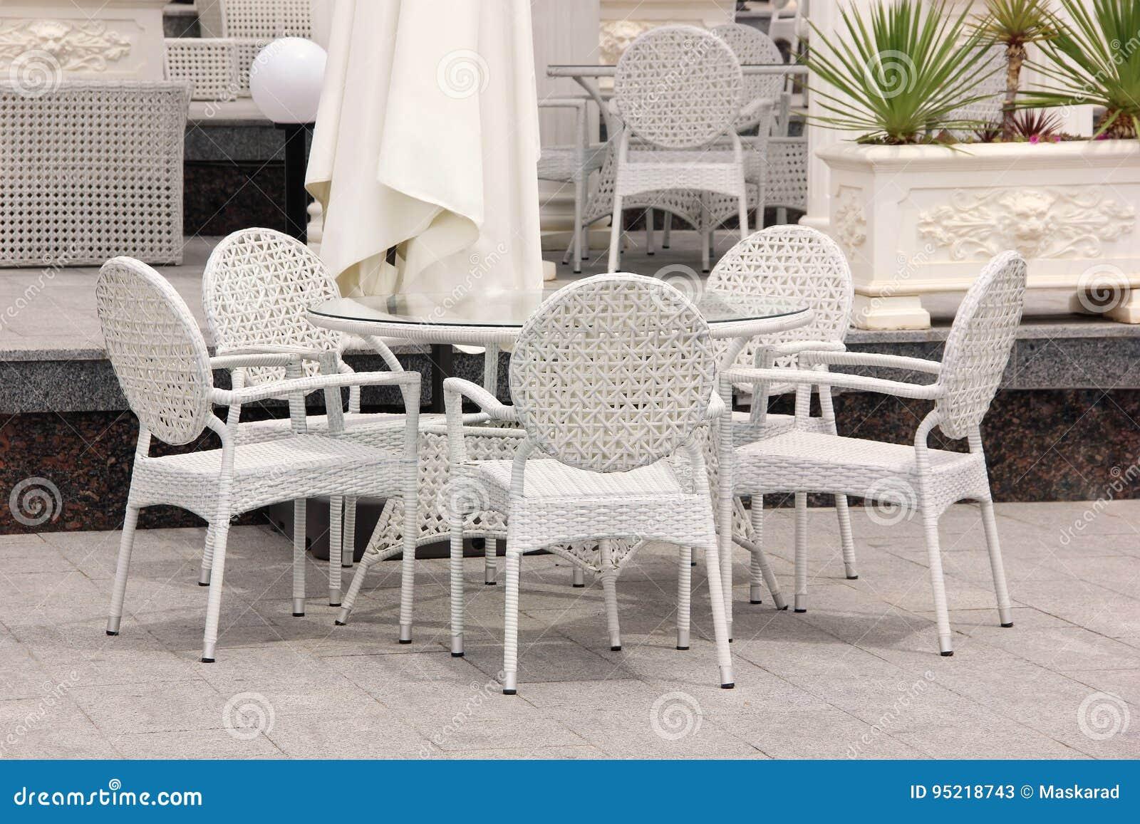 Sedie In Vimini Bianche.Tavola E Sedie Di Vimini Bianche Nel Caffe Della Via