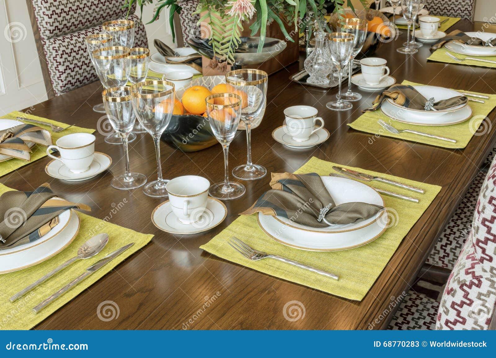 Tavola elegante messa nella sala da pranzo moderna di for Tavola sala da pranzo