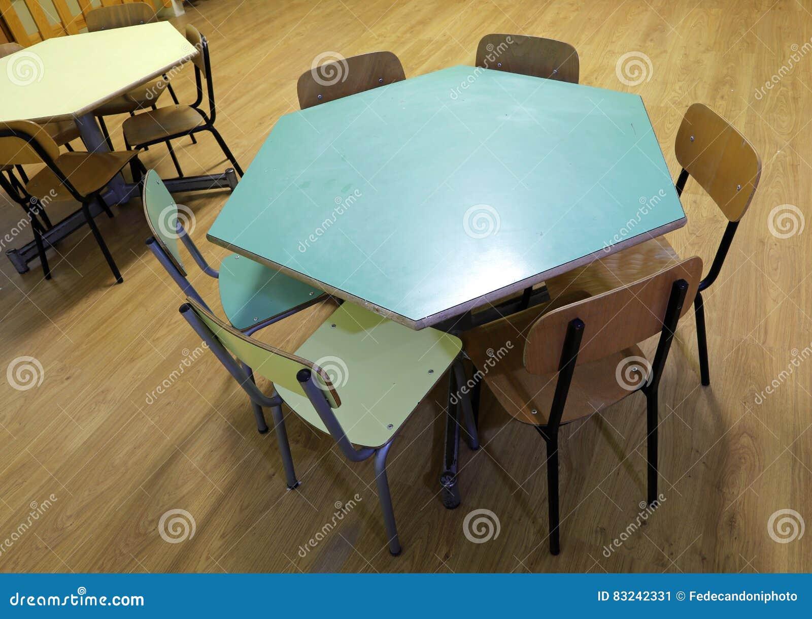 Tavola esagonale con le piccole sedie in un 39 aula immagine for Sedie piccole