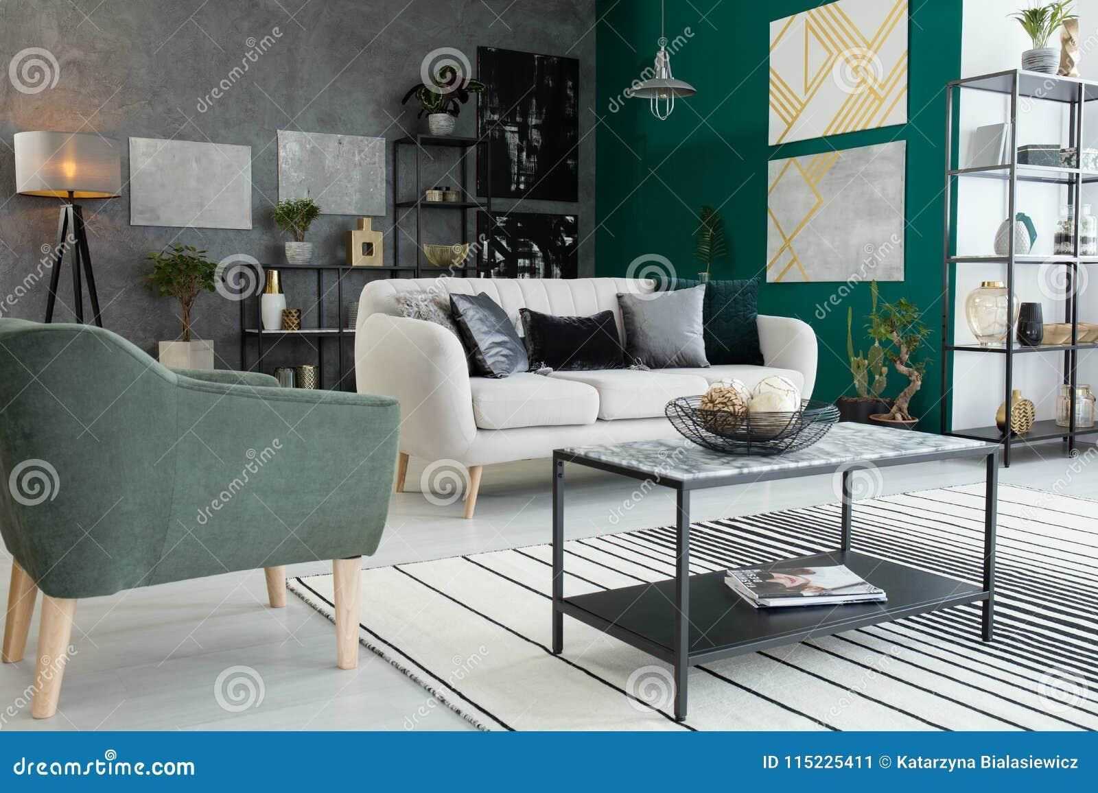 Tavola industriale con il ripiano del tavolo di marmo