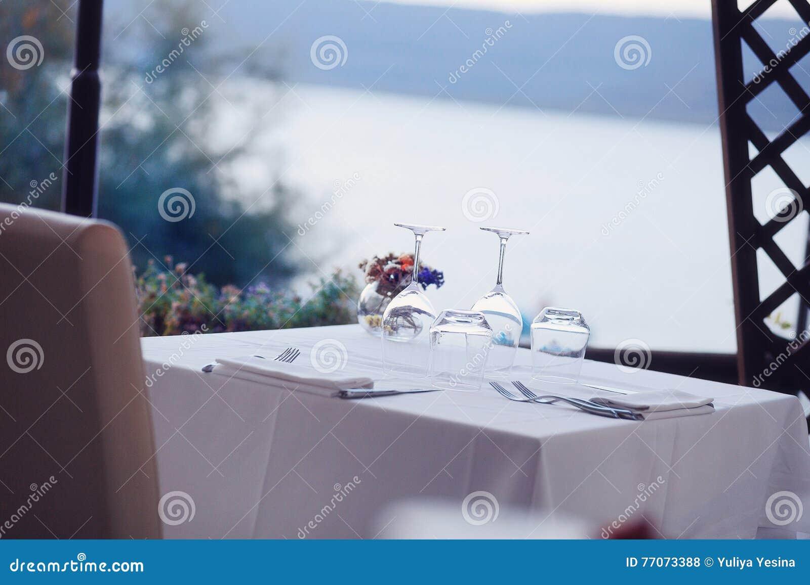 Tavola servita messa al caffè del terrazzo di estate