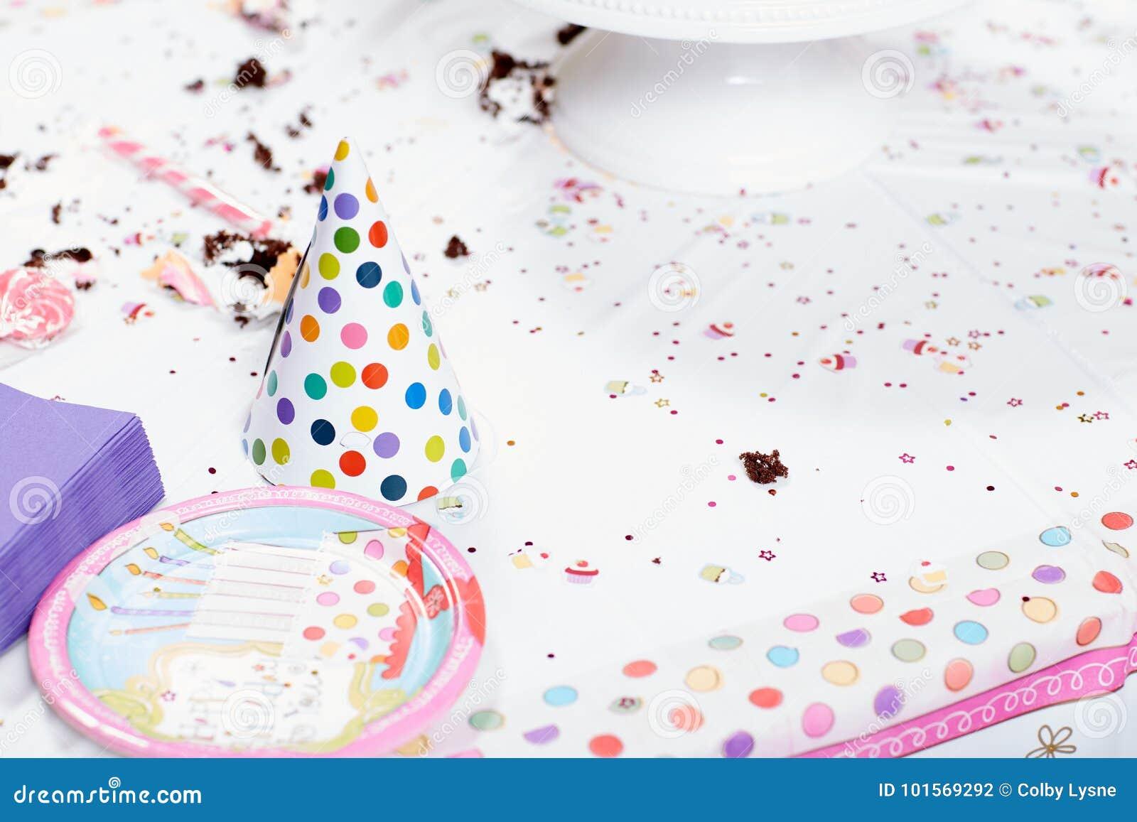 Tavola sudicia dopo la festa di compleanno