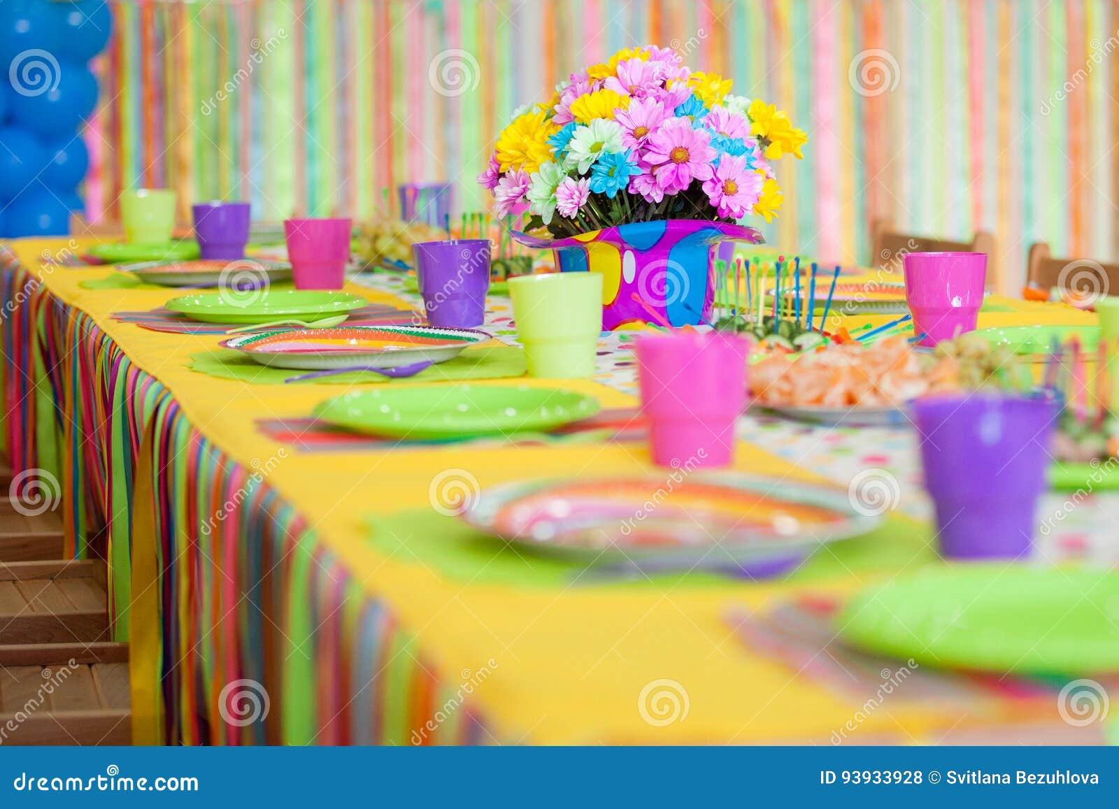 Decorazioni Da Tavolo Per Compleanno : Tavola variopinta servente con la decorazione per il compleanno