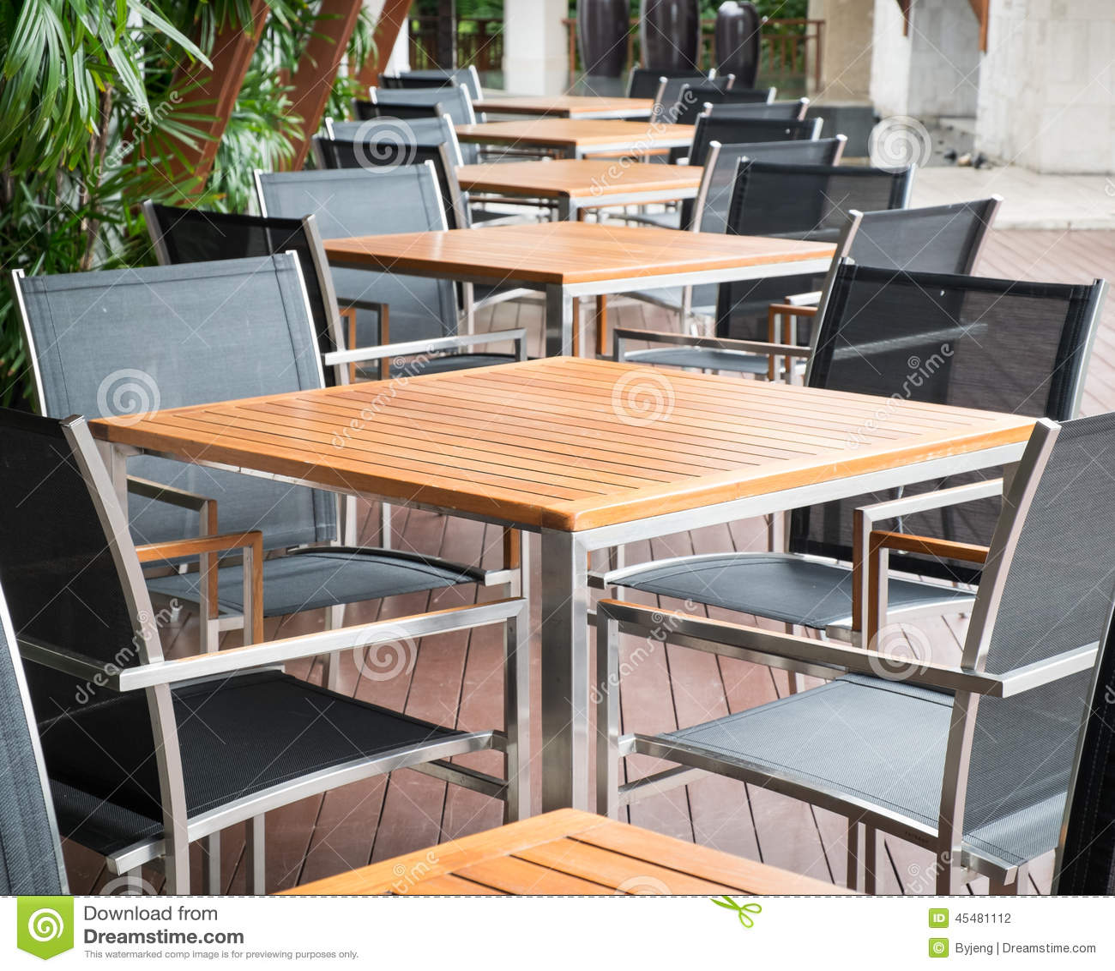 Tavoli Da Pranzo Di Legno Fotografia Stock Immagine: 45481112 #B0621B 1300 1148 Tavoli Da Pranzo In Legno