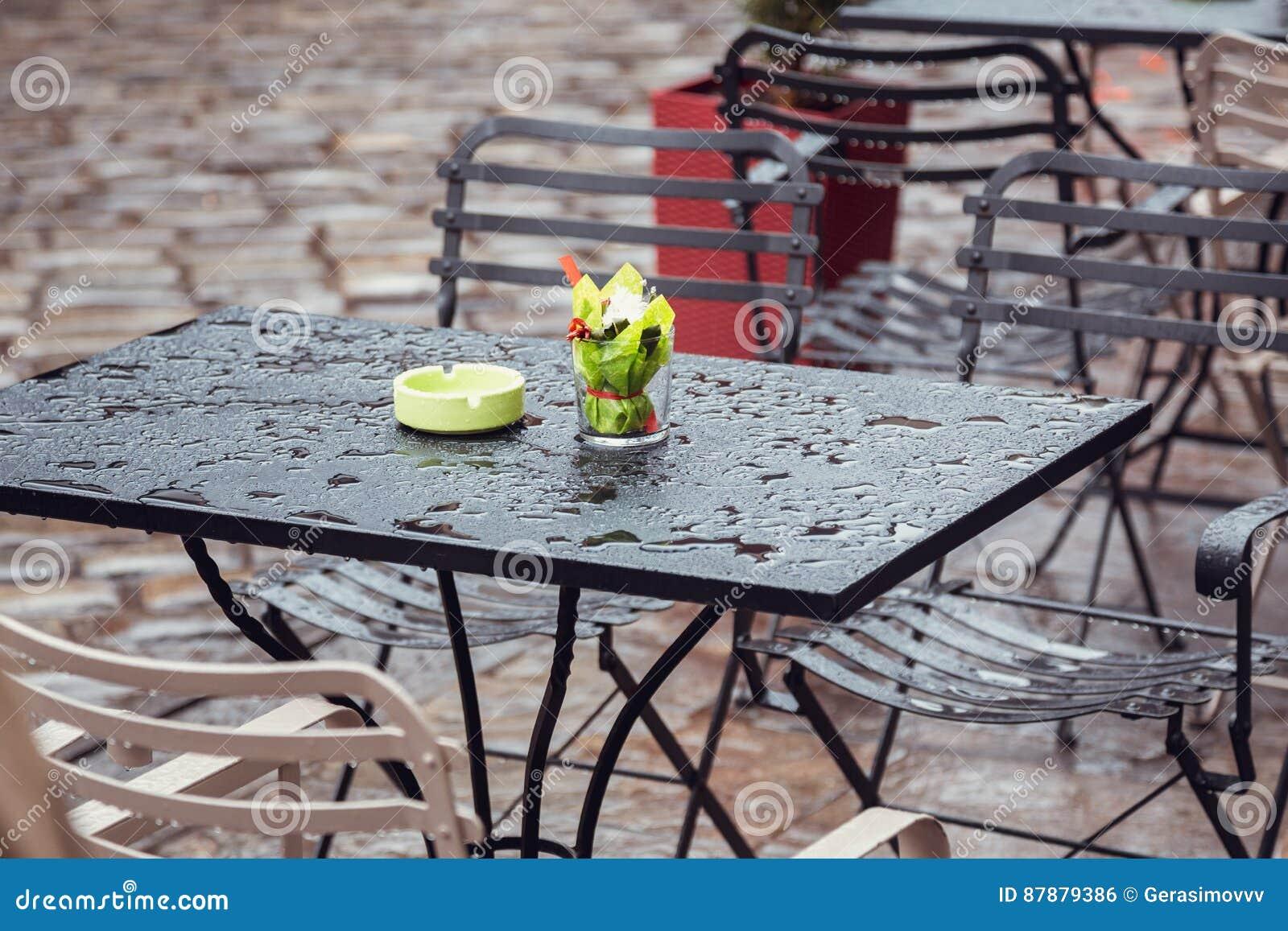Tavolino Salotto Verde : Tavolino da salotto bagnato dopo la pioggia fotografia stock