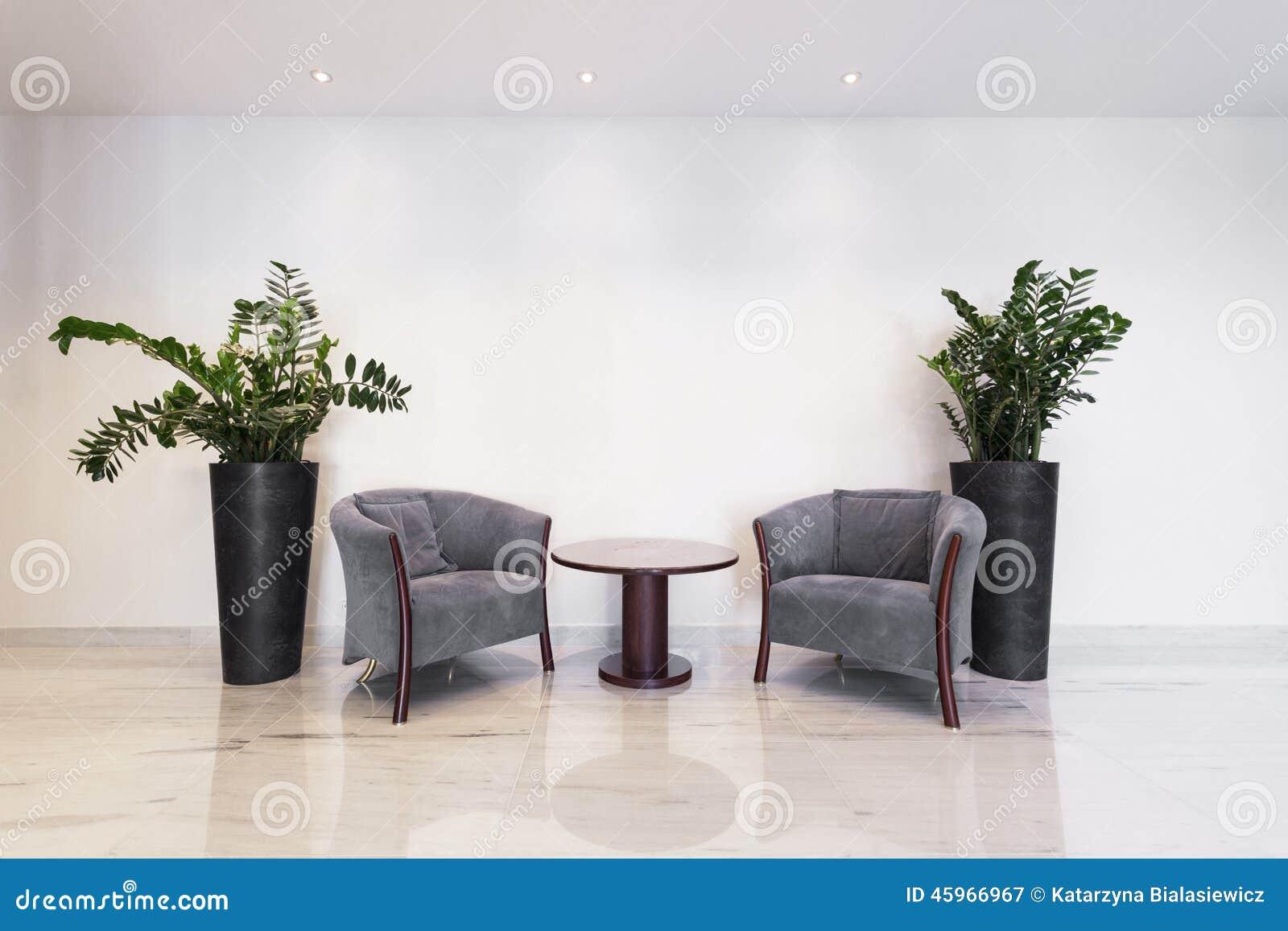 Tavolino da salotto con le poltrone immagine stock for Vasi grandi da interno