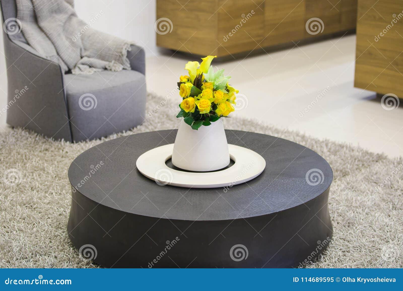 Ceppo Di Legno Tavolino tavolino da salotto di legno rotondo nel salone con un vaso