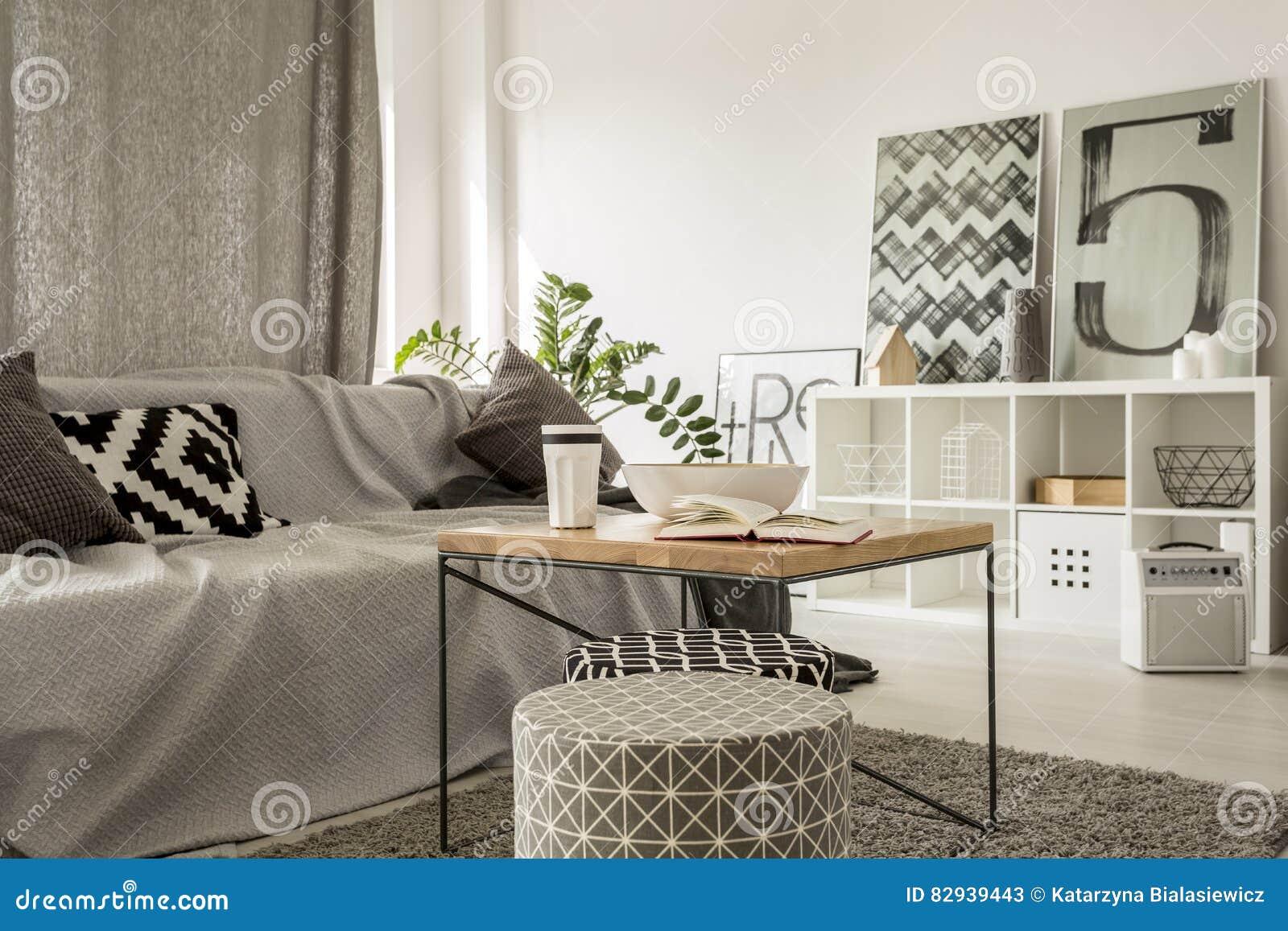 Salotto Moderno Elegante : Tavolino da salotto di legno in salotto moderno immagine stock
