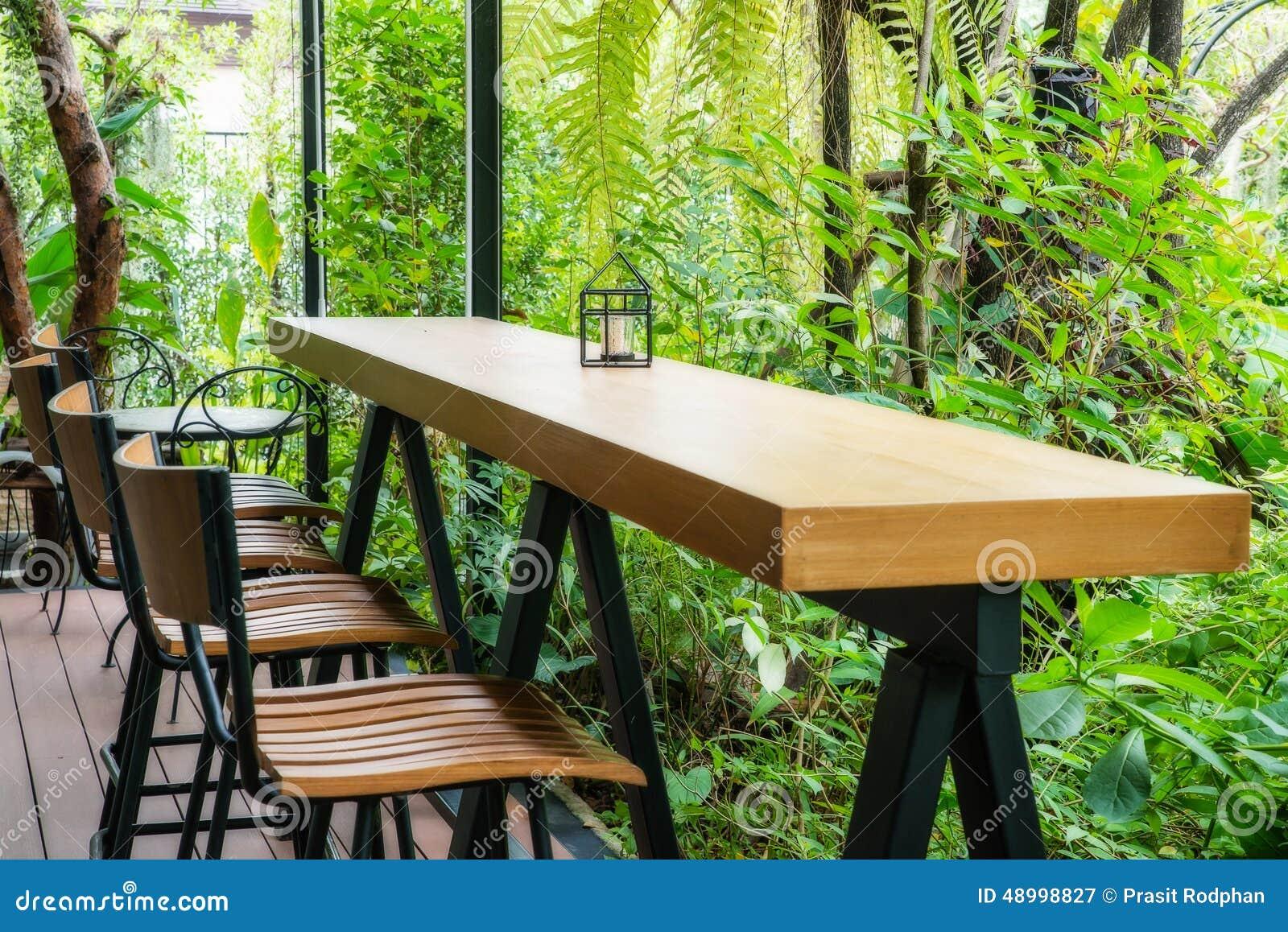 Tavolino Salotto Verde : Tavolino da salotto e sedia nel giardino verde immagine stock