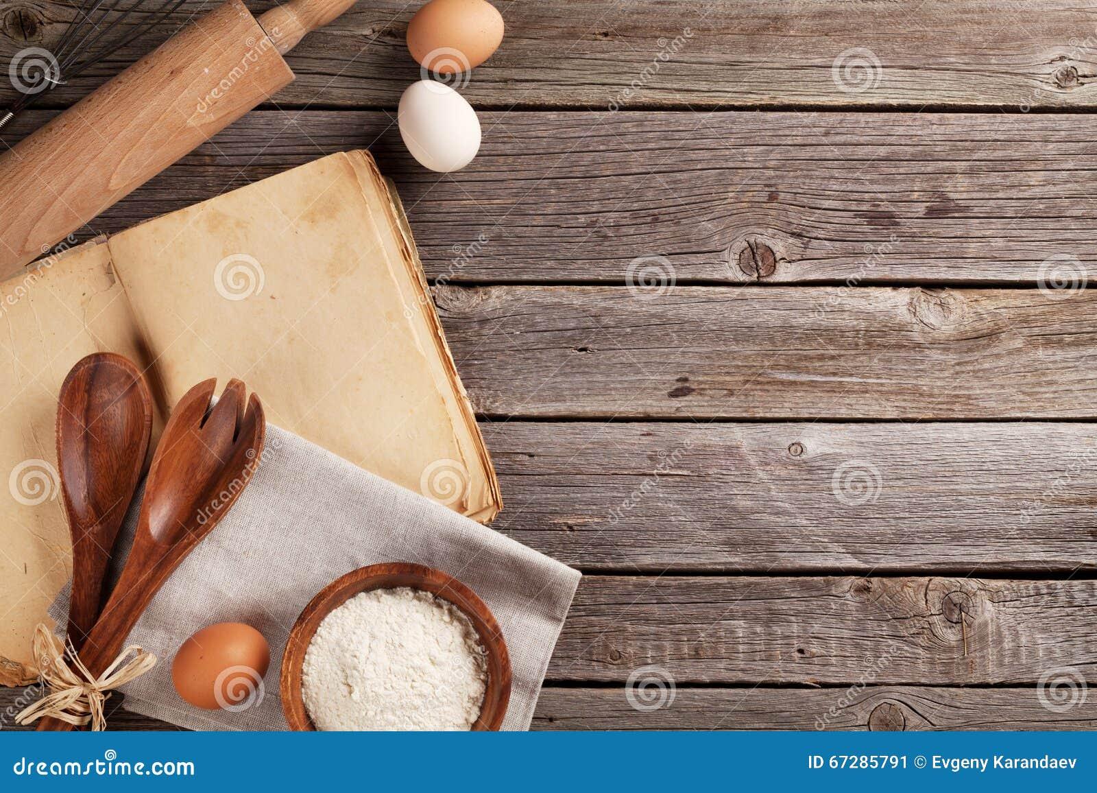 Tavolo da cucina con il libro di cucina gli utensili e gli ingredienti immagine stock - Il libro di cucina hoepli pdf ...