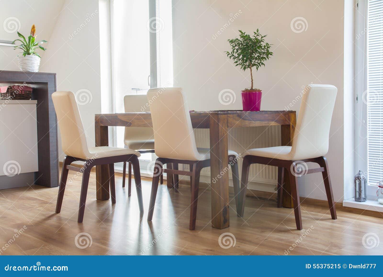 Tavolo Da Cucina Contemporaneo Con Le Sedie Immagine Stock ...