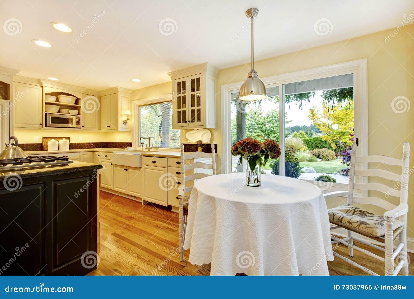 Fotografia Stock: Tavolo da pranzo con l interno classico della cucina ...