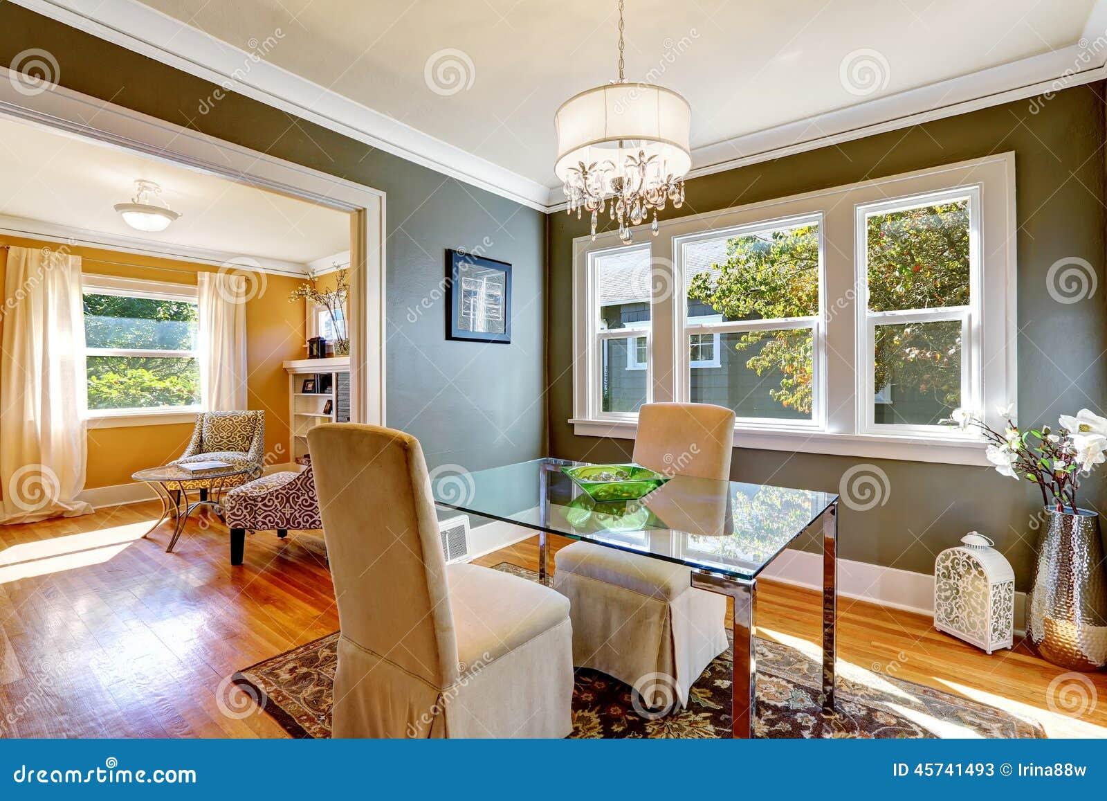 Tavolo Da Pranzo Con La Cima Di Vetro E Due Sedie Eleganti Fotografia  #A46C27 1300 957 Sedie Per Il Tavolo Da Pranzo