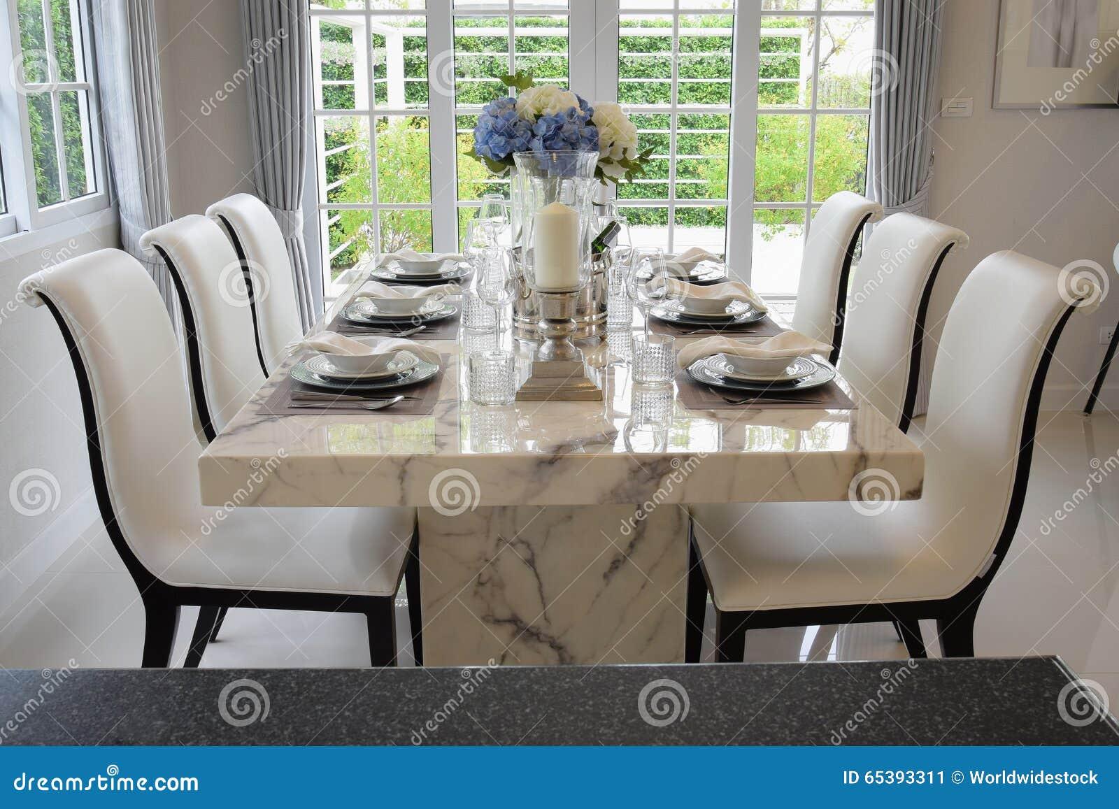 Tavolo da pranzo con la regolazione elegante della tavola - Tavola da pranzo ...