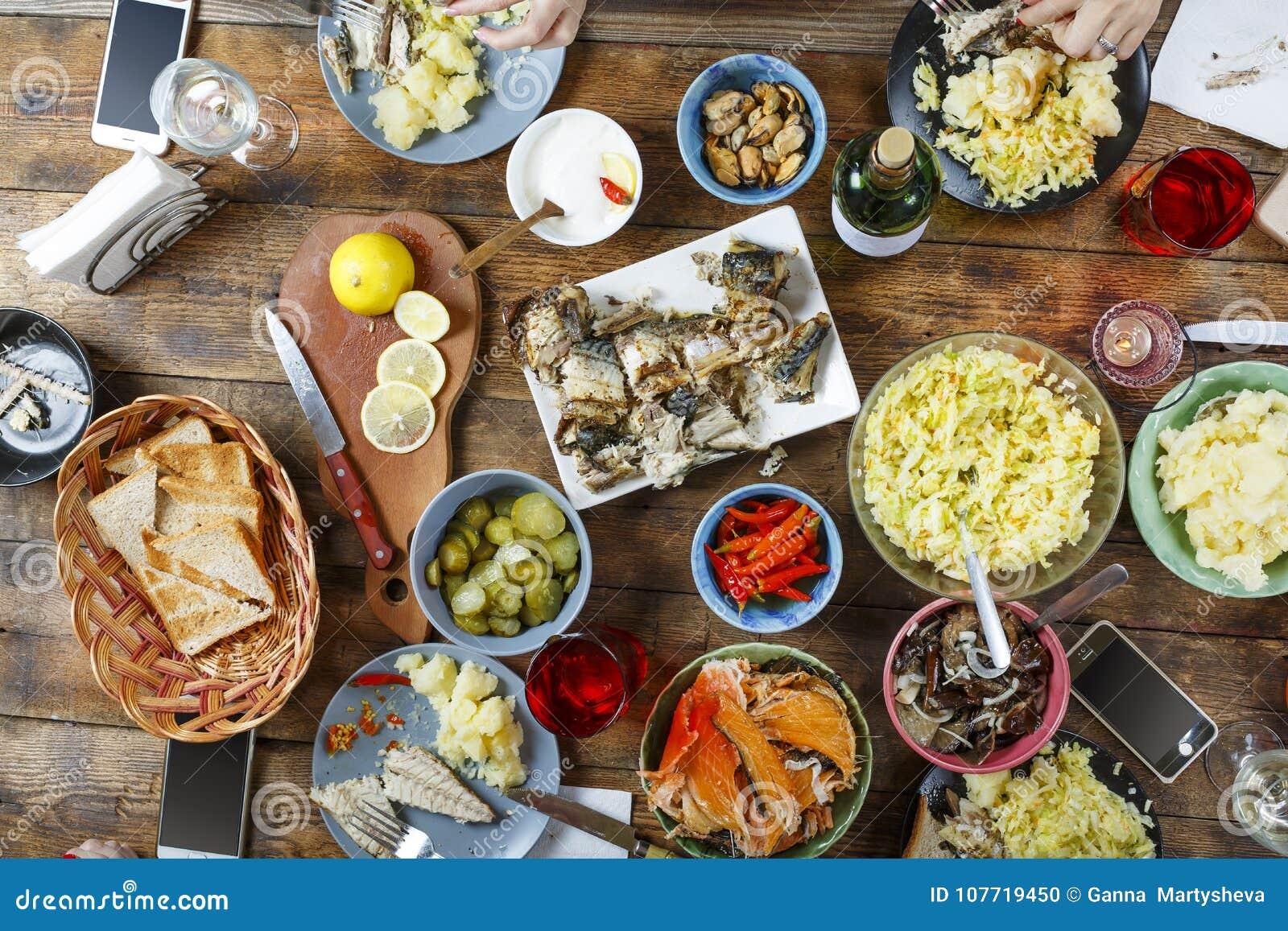 Tavolo Compleanno Natale : Tavolo da pranzo di concetto dell alimento con vario alimento