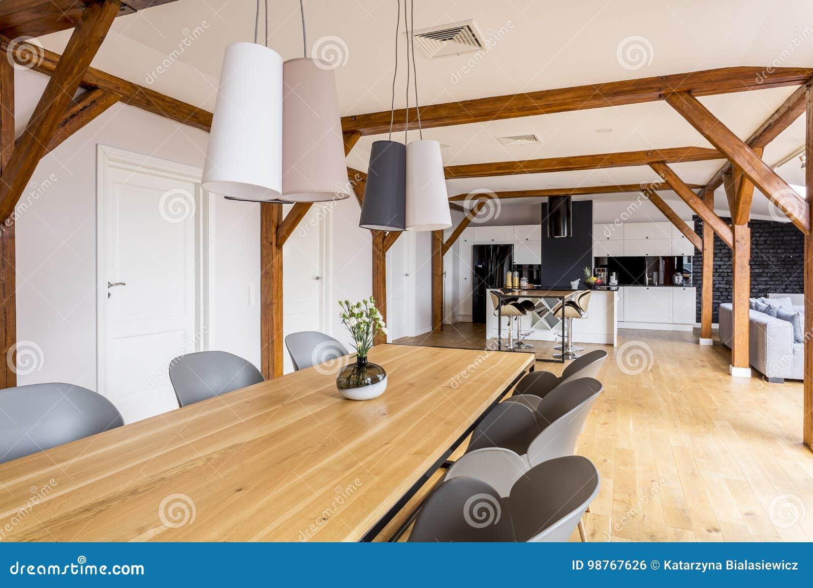 Lampade Sopra Tavolo Da Pranzo tavolo da pranzo di legno lungo fotografia stock - immagine
