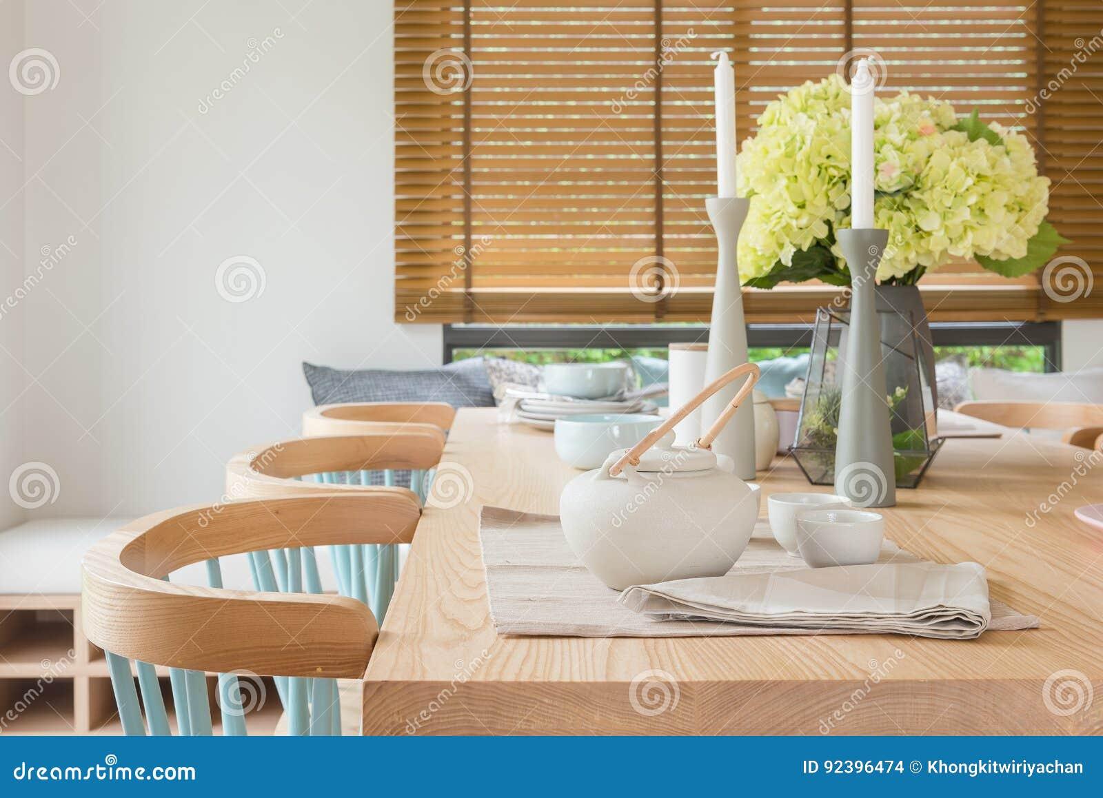 Tavolo Vetro Sala Da Pranzo.Tavolo Da Pranzo Di Legno Nella Sala Da Pranzo Moderna Con L Insieme