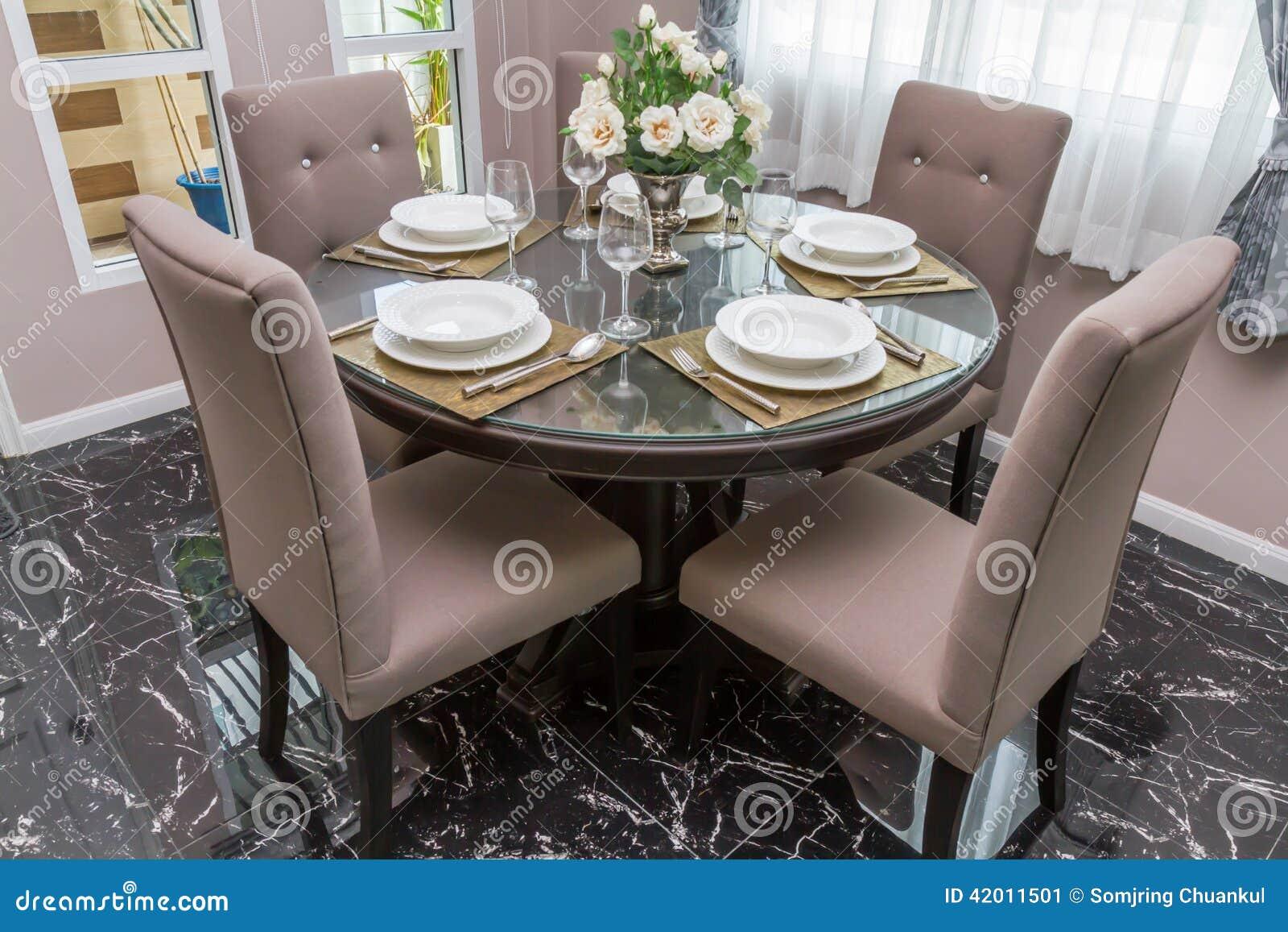 tavolo da pranzo di lusso con stoviglie ed i vasi decorati ... - Tavoli Soggiorno Di Lusso