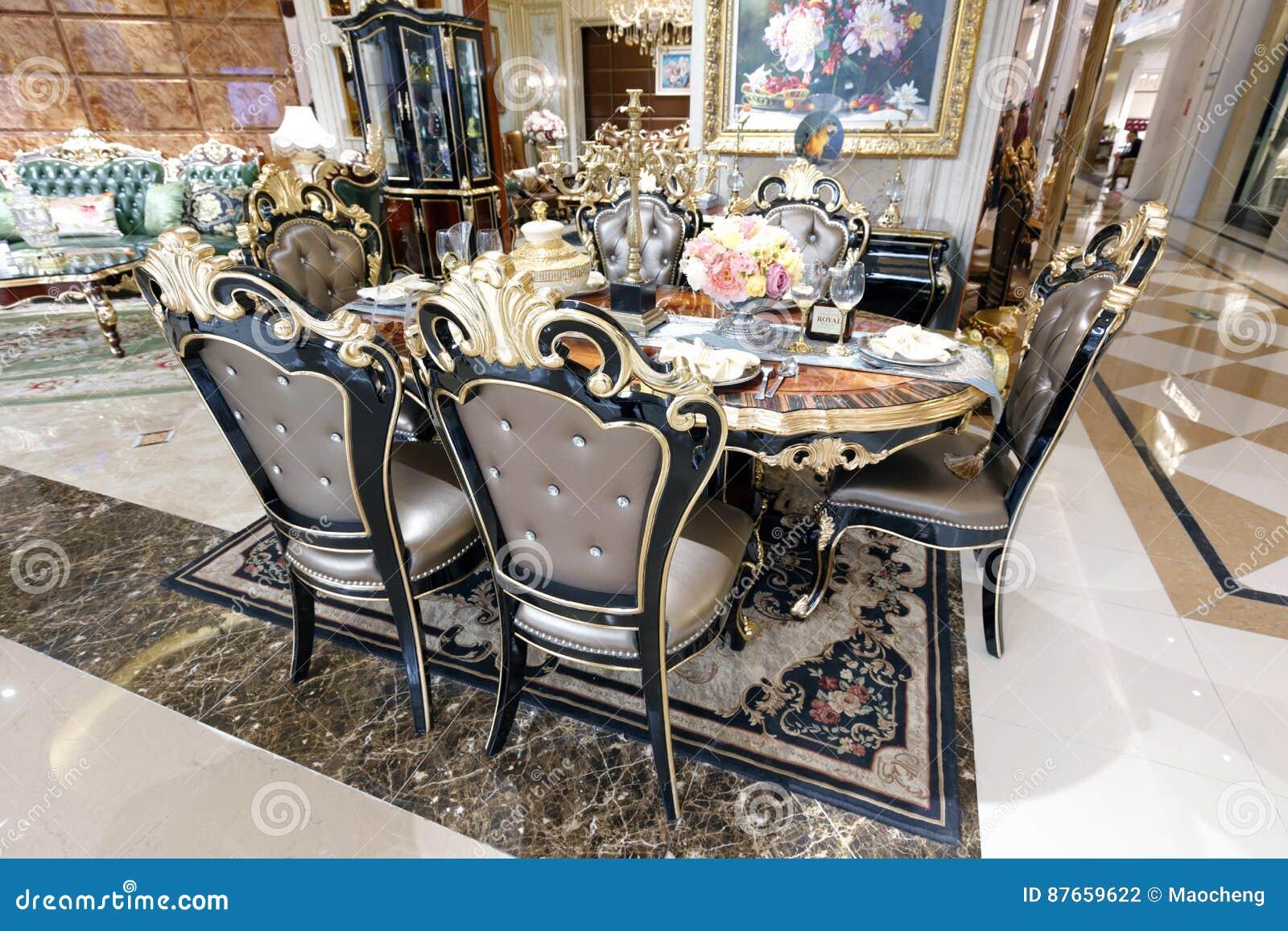 Tavoli Da Pranzo Di Lusso.Tavolo Da Pranzo Di Lusso Nel Deposito Domestico Della Decorazione