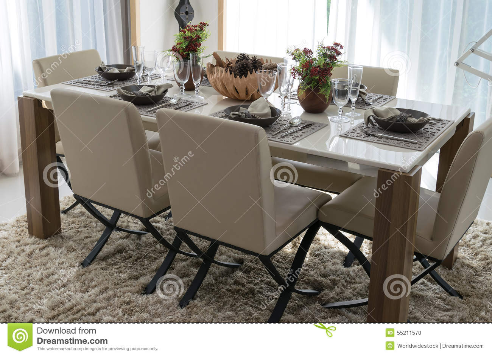Tavolo Da Pranzo E Sedie Comode Fotografia Stock - Immagine di ...