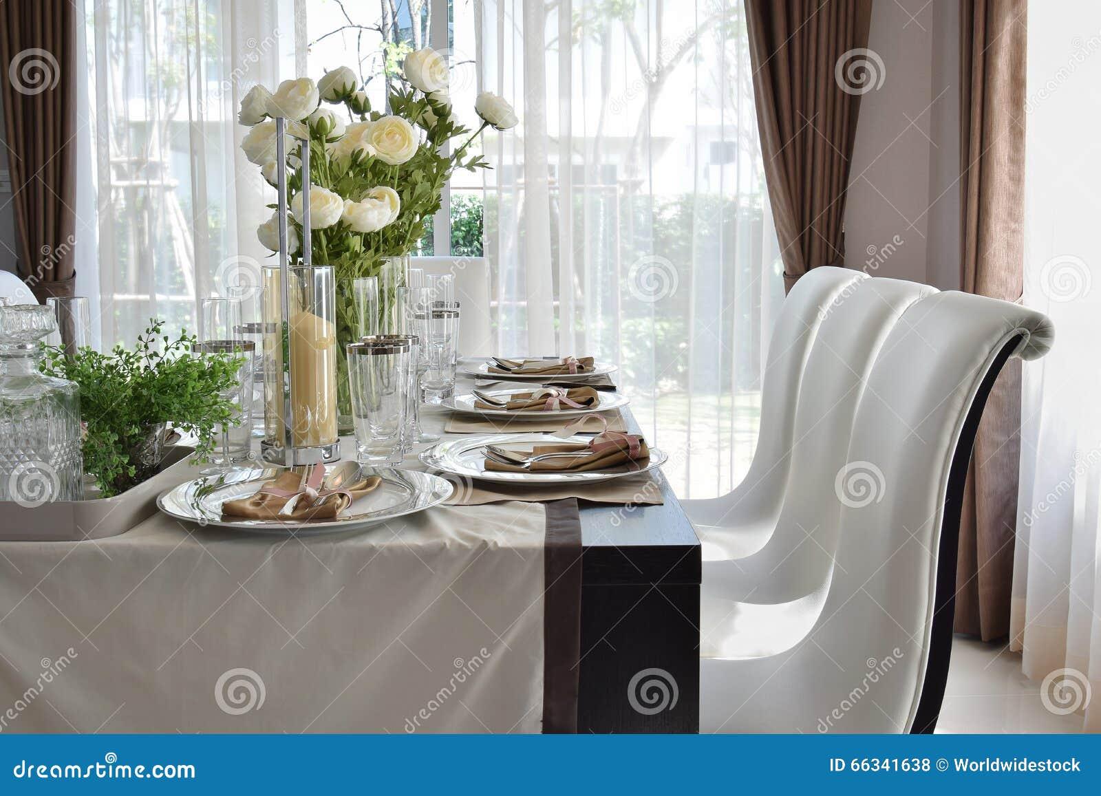 Tavolo da pranzo nella casa moderna con la regolazione for Tavola da pranzo