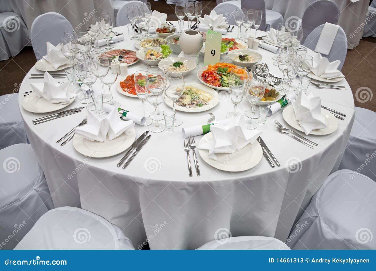 Tavolo da pranzo rotondo bianco wedding fotografie stock for Tavolo rotondo da pranzo