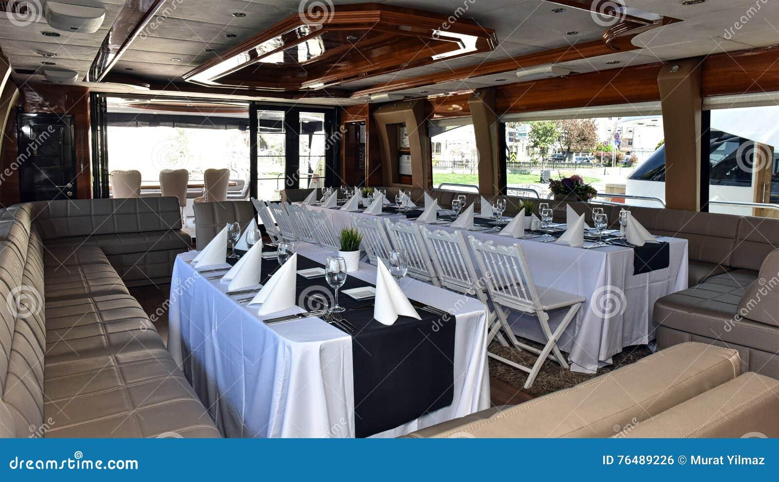 Tavolo Da Pranzo Su Un Yacht Di Lusso Fotografia Stock ...