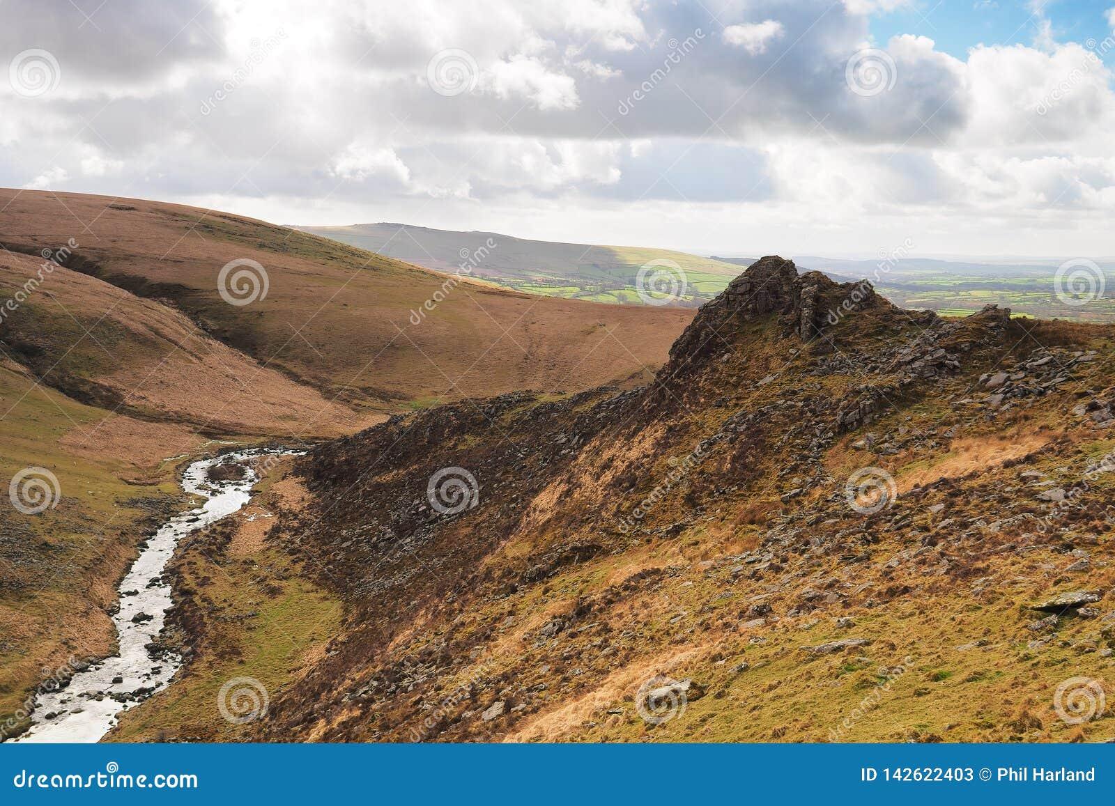 Tavy splijt kloof door Tavy Cleave Piek, het Nationale Park van Dartmoor, Devon, het UK wordt overzien dat