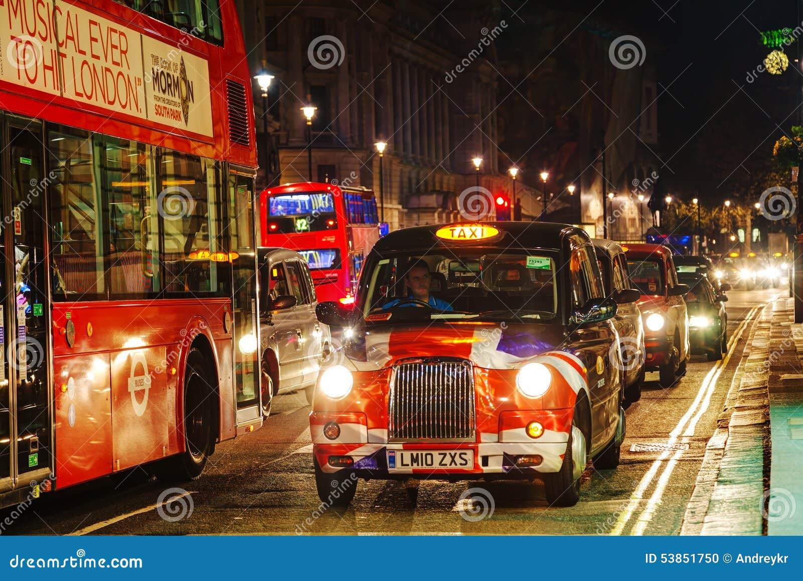 Taxi célèbre sur une rue à Londres