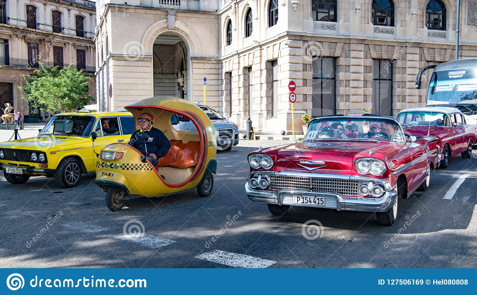Taxi de la motocicleta, taxi clásico americano del coche, oportunidades del transporte del pasajero en Cuba