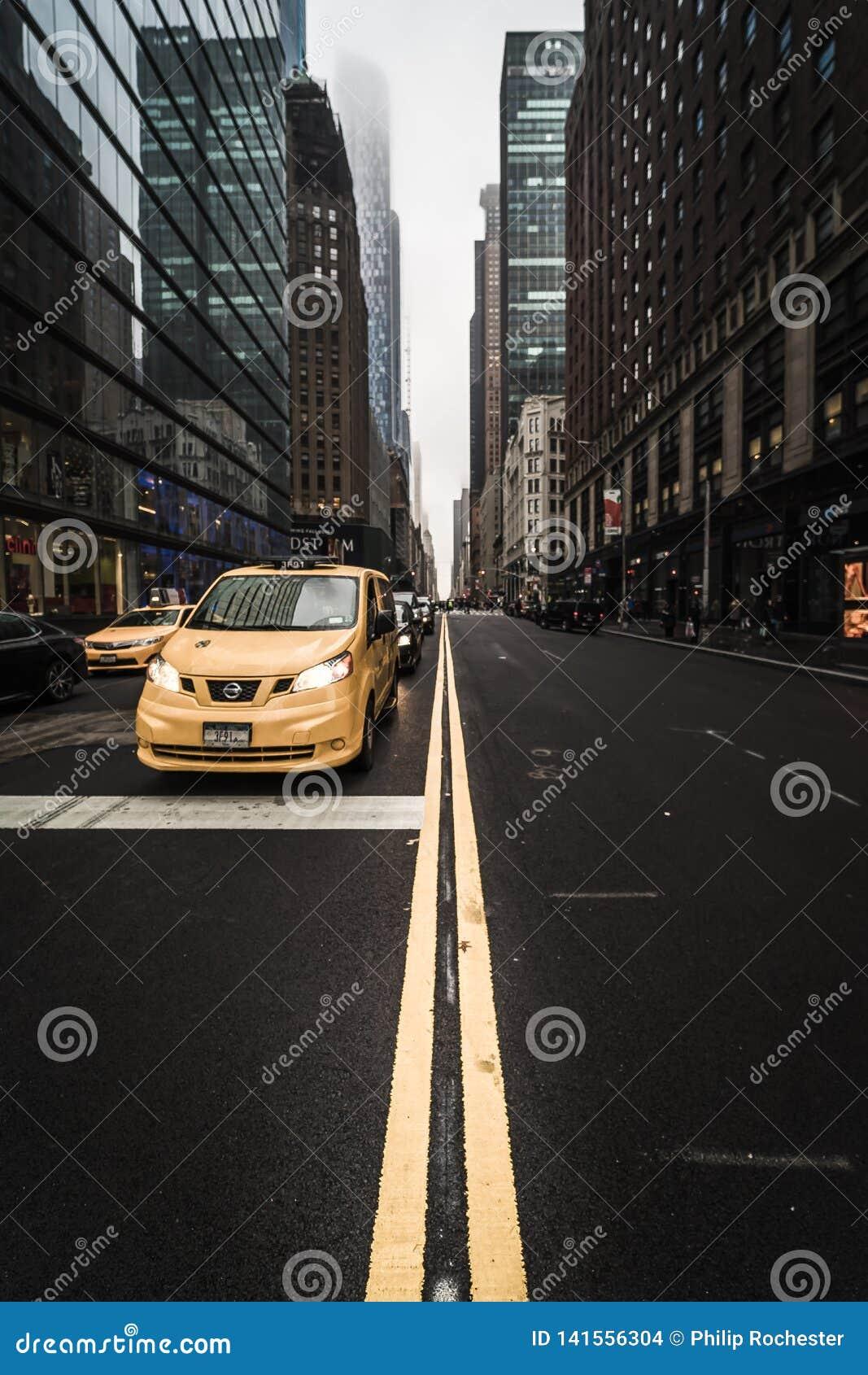 Taxi de NYC entre les gratte-ciel