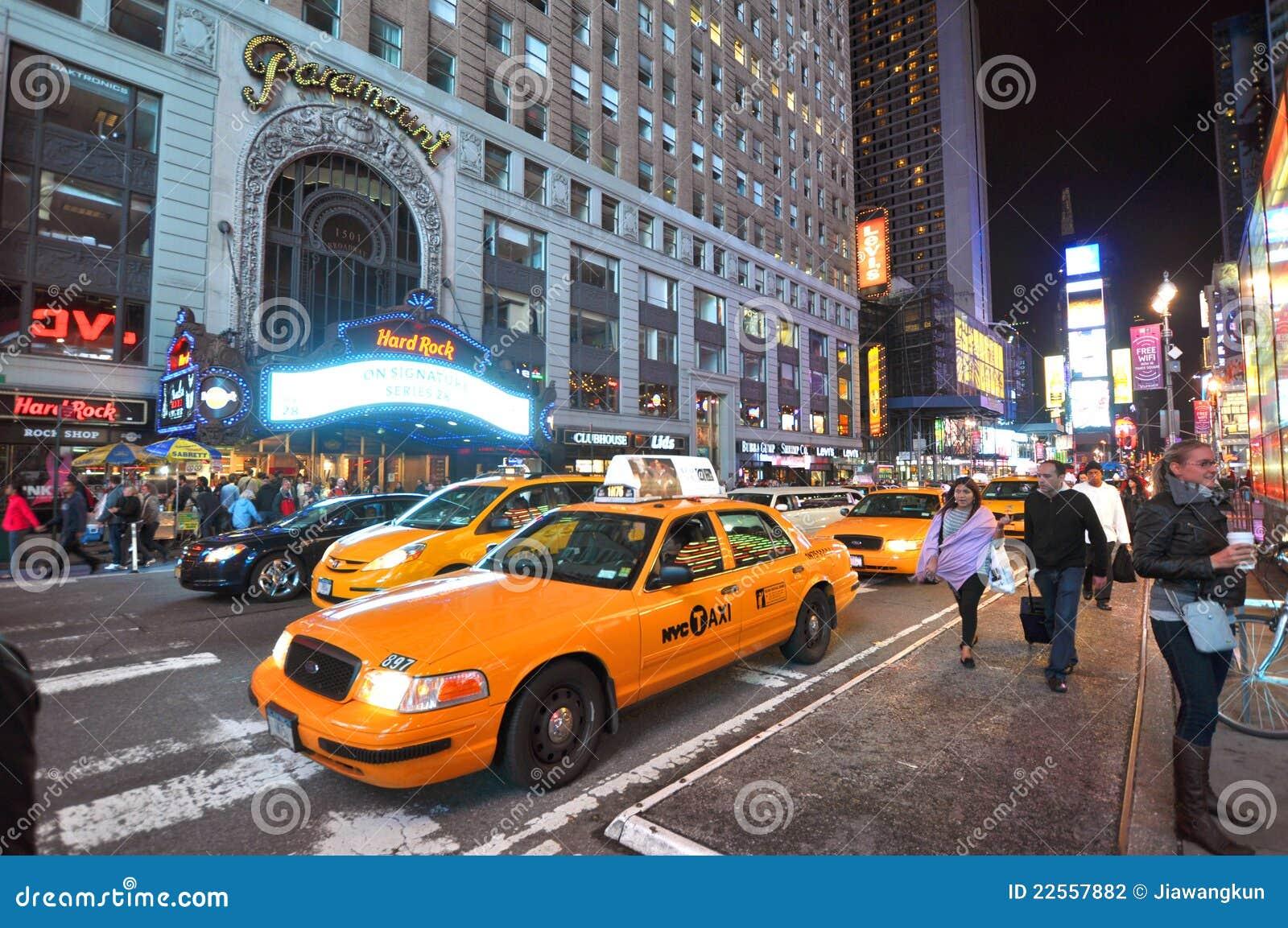 taxi jaune dans le times square la nuit new york city. Black Bedroom Furniture Sets. Home Design Ideas