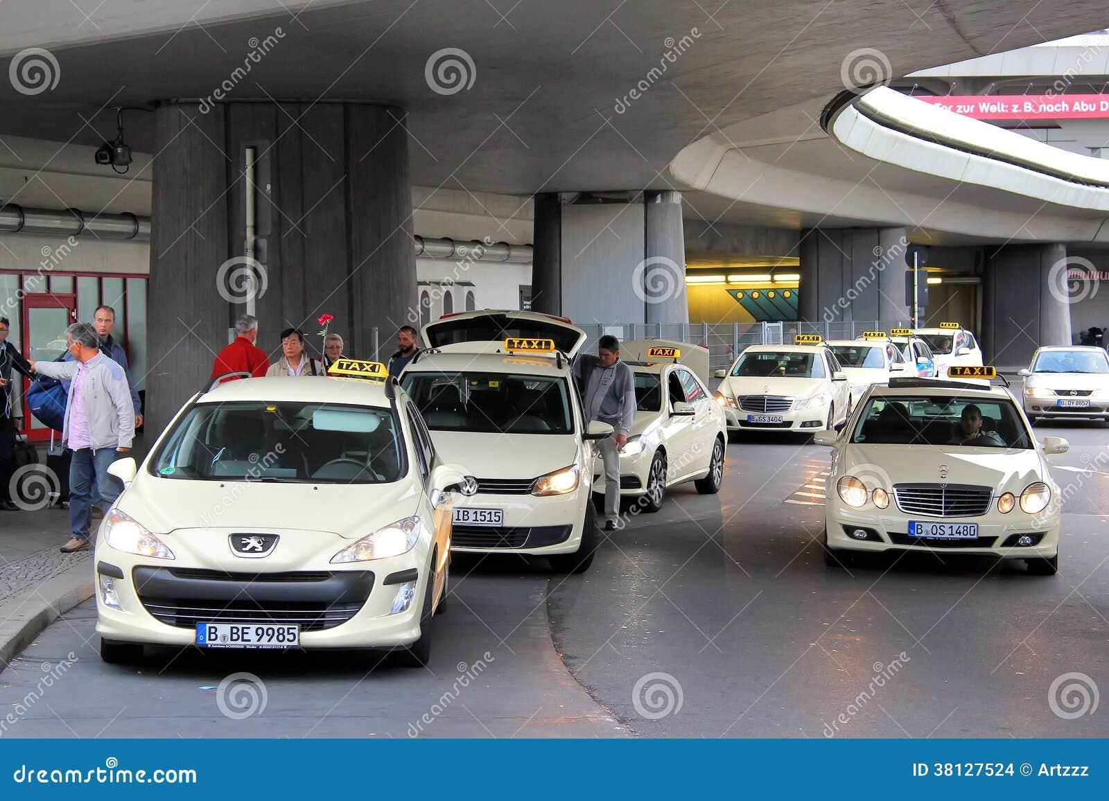 taxibilar i berlin redaktionell fotografering f r bildbyr er bild 38127524. Black Bedroom Furniture Sets. Home Design Ideas