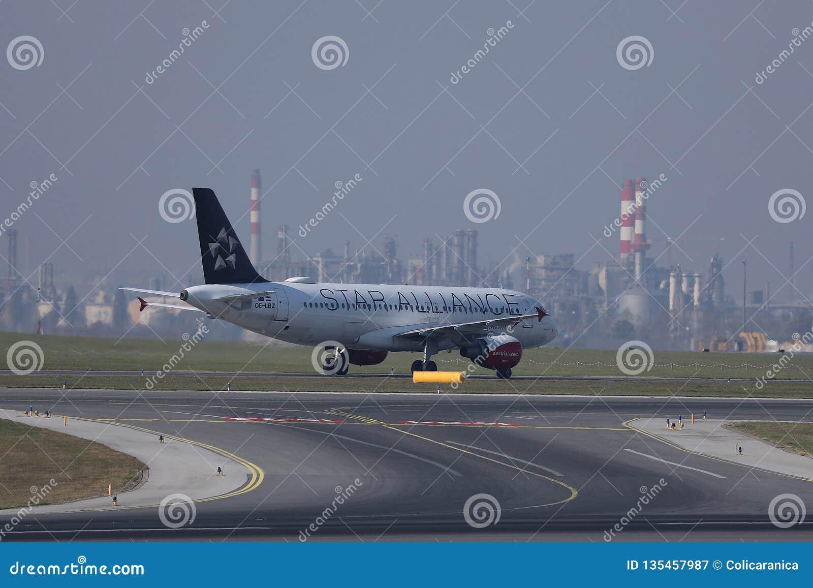 Taxiing plano de Star Alliance no aeroporto Schwechat de Viena VIE
