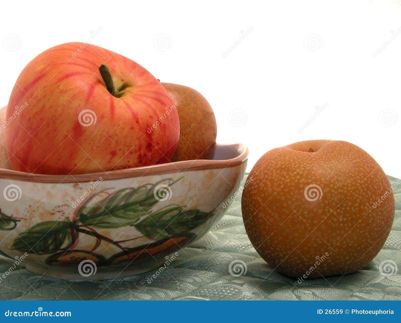 Tazón de fuente asiático de la pera y de fruta en Placemat