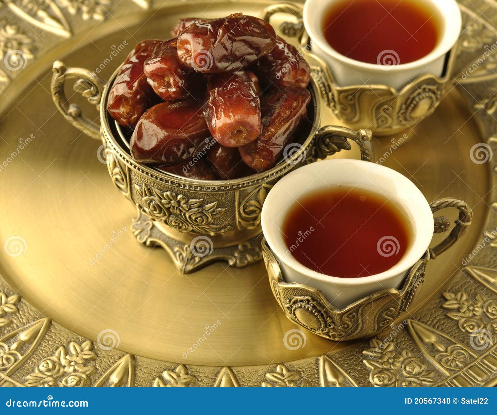 Tazón de fuente de fechas y de té