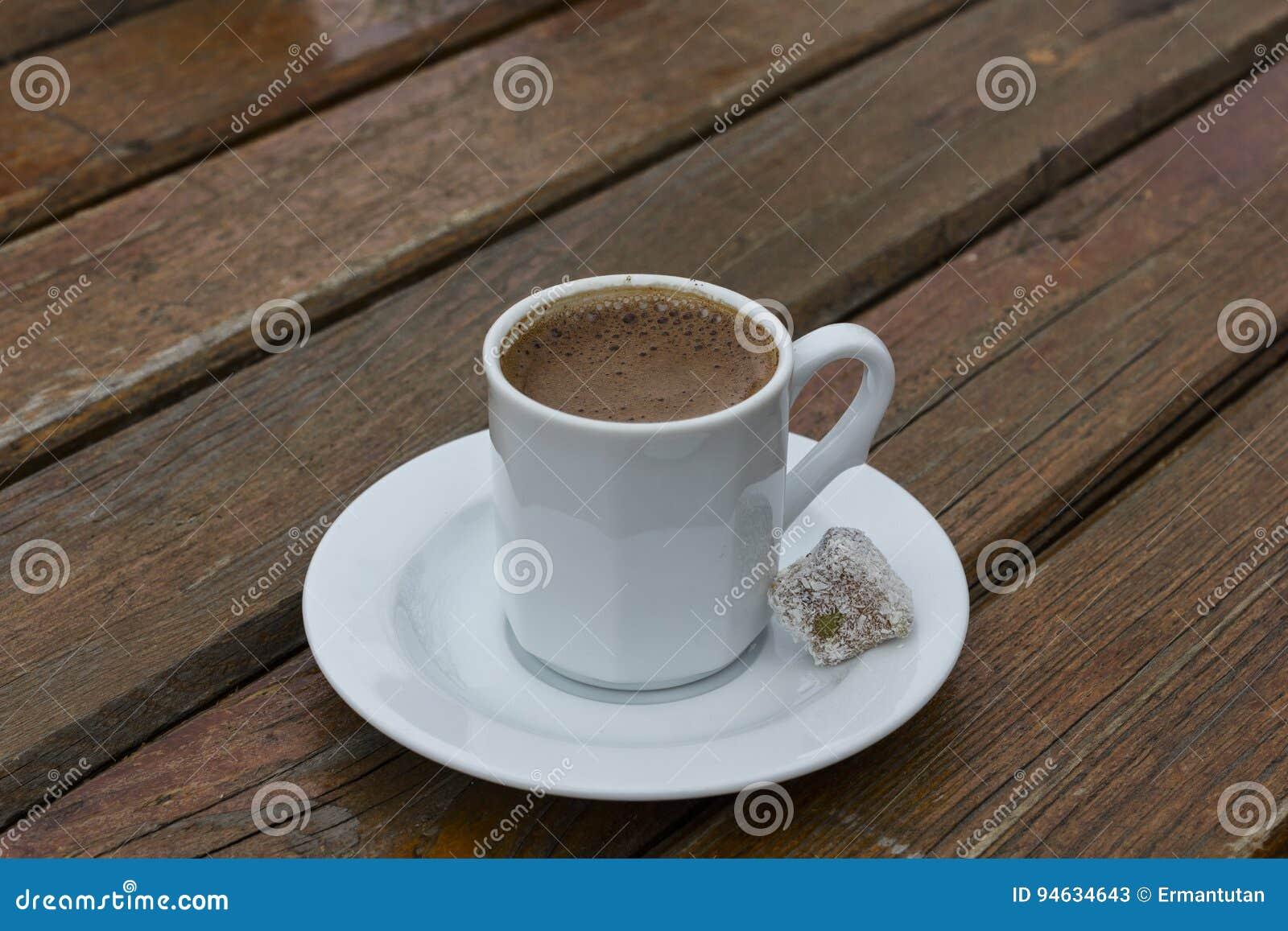 Taza blanca de café turco