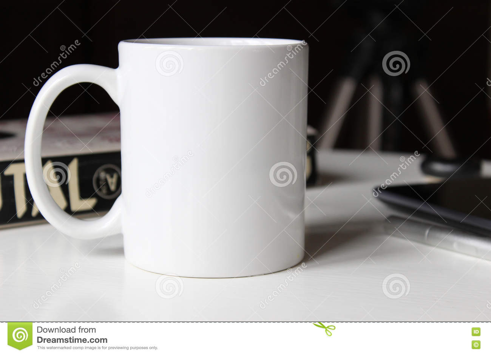 Taza blanca en una tabla