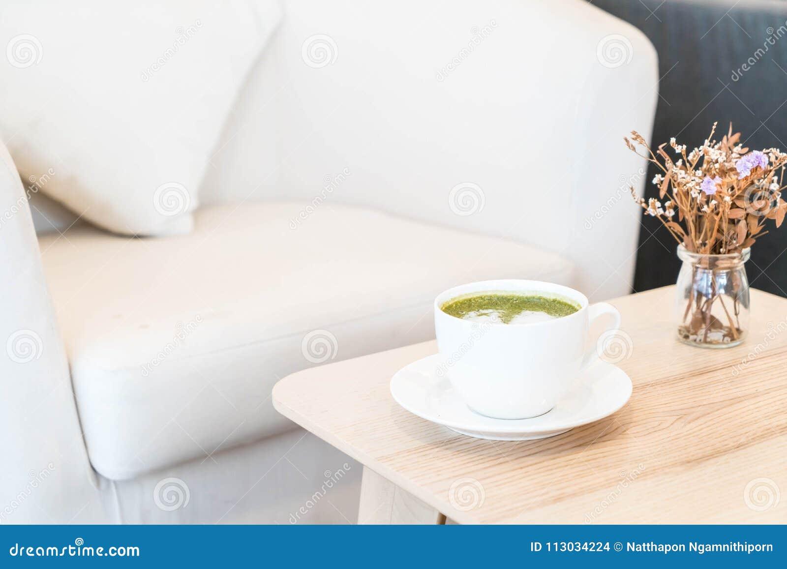 Taza caliente del latte del té verde