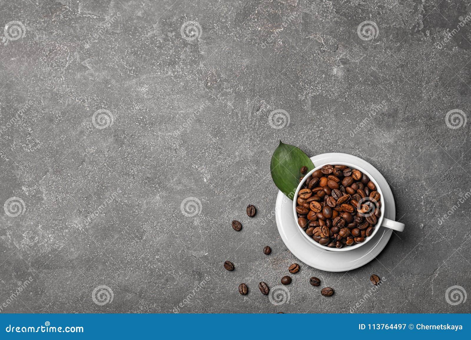 Taza con los granos de café asados