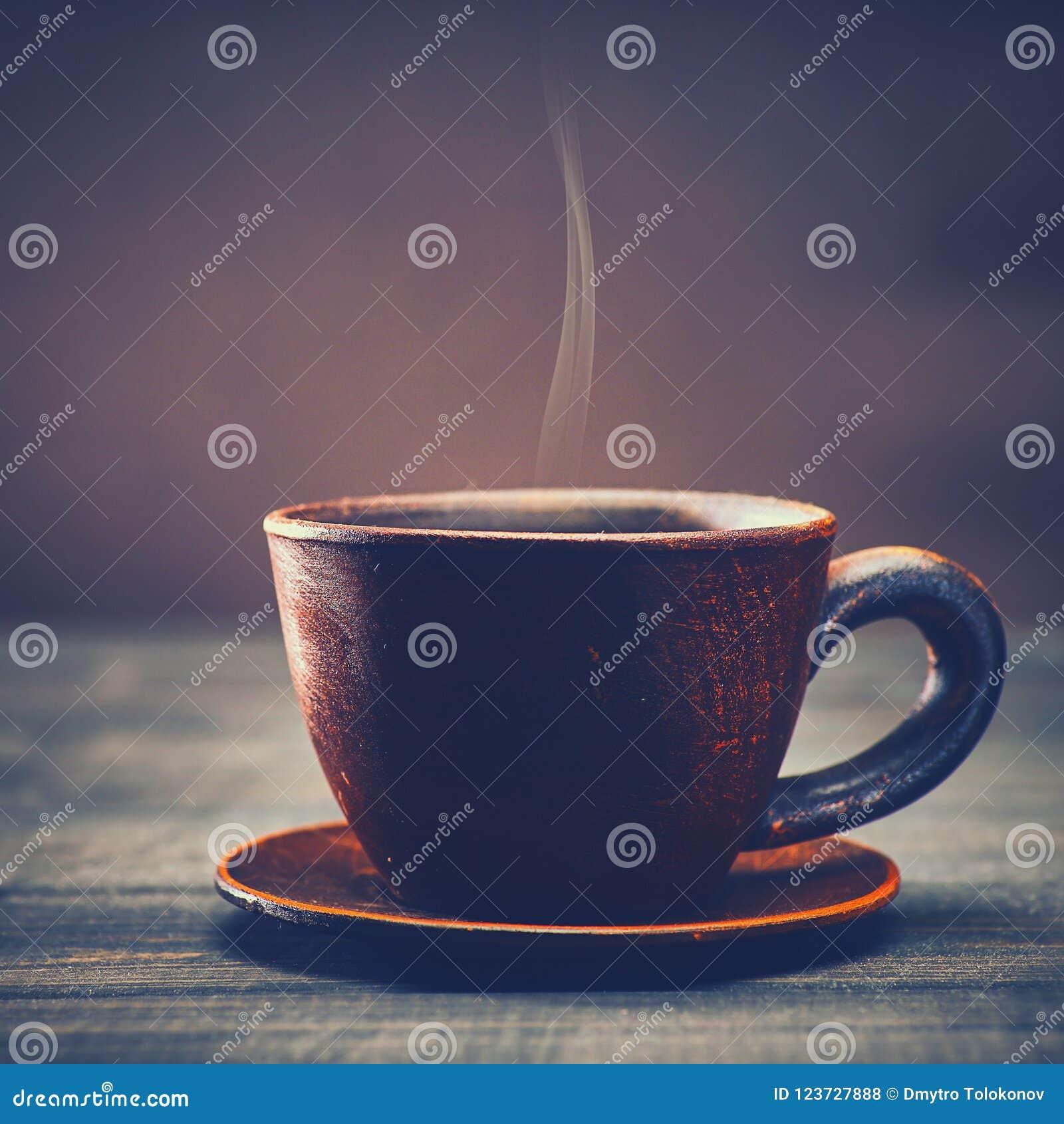 Taza de bebida del sabor sobre el escritorio de madera viejo