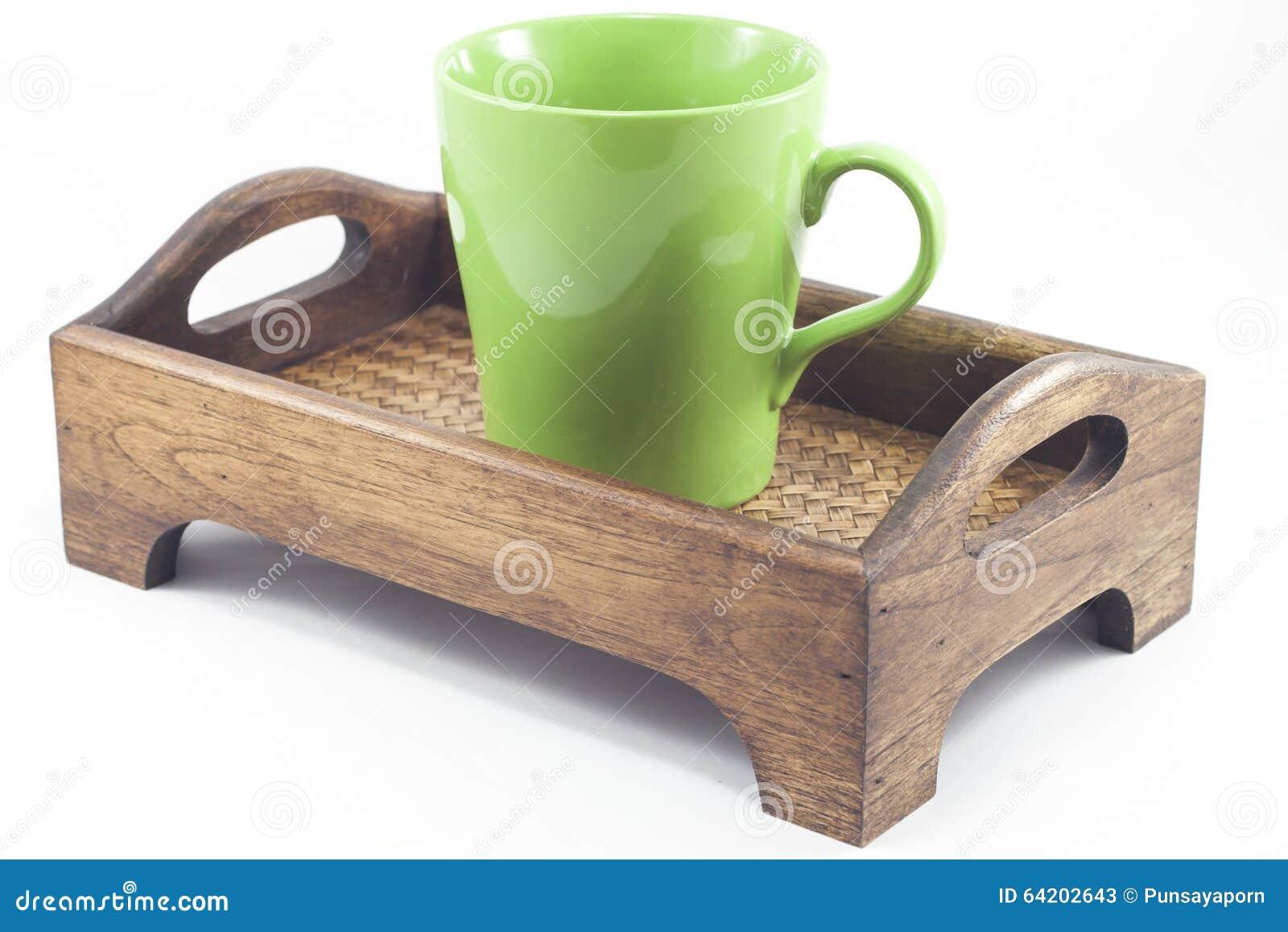 Taza de Brown en la bandeja de madera en el fondo blanco