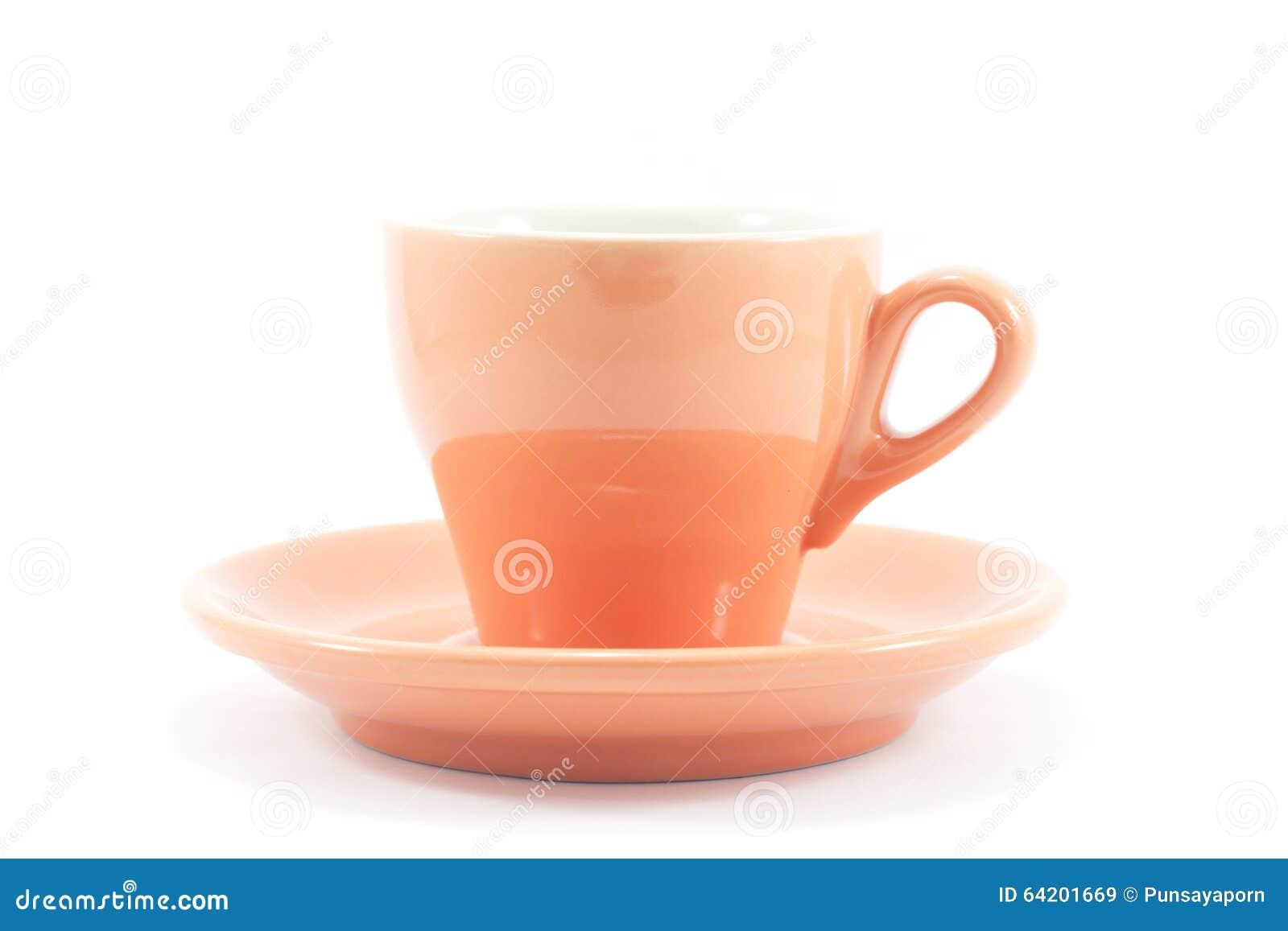 Taza de café anaranjada en el fondo blanco