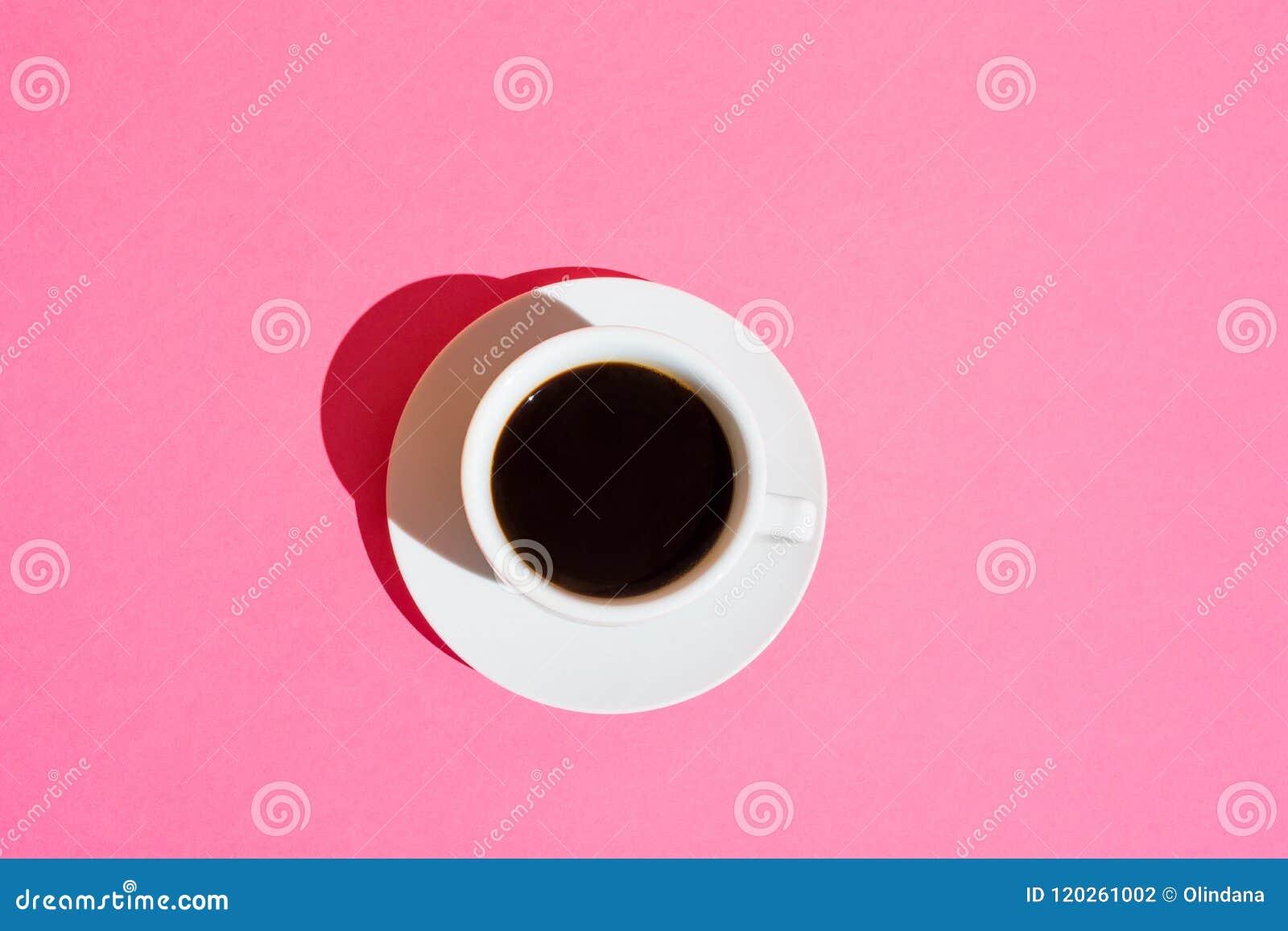 Taza de café blanca con el fondo rosado fucsia del color del onNeon del platillo Moda del apego del cafeína de la energía del des