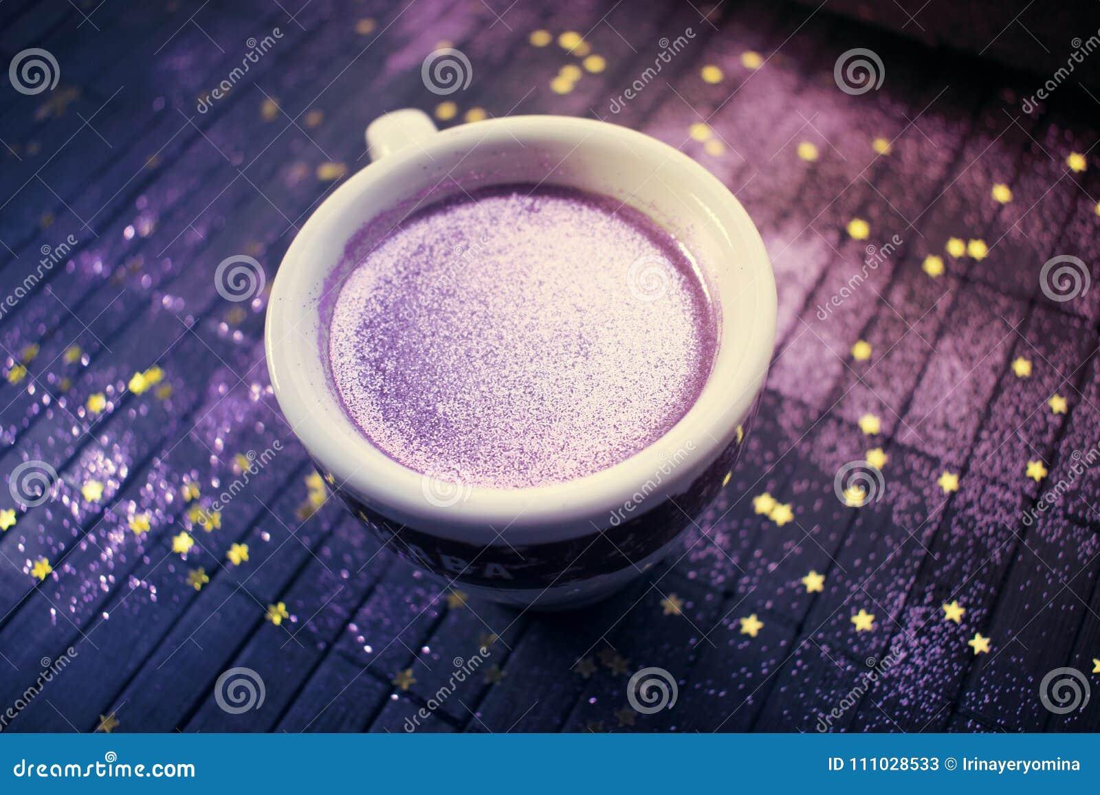Taza De Cafe Con Brillo Purpura En Fondo Oscuro Con De Oro Imagen De Archivo Imagen De Taza Fondo 111028533