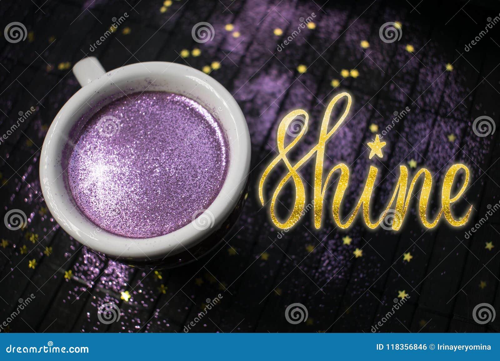 Taza De Cafe Con Brillo Purpura En Fondo Oscuro Con De Oro Foto De Archivo Imagen De Purpura Fondo 118356846